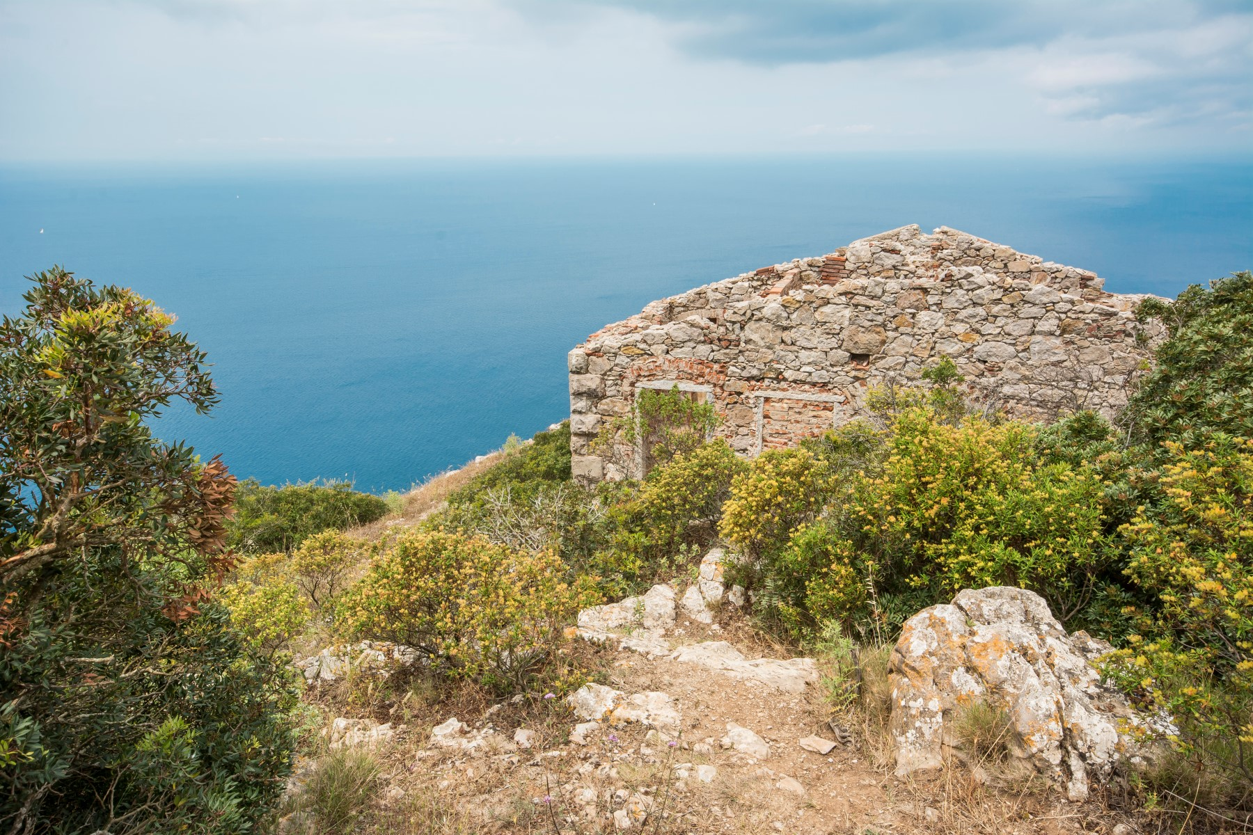 Additional photo for property listing at Amazing lighthouse with 360 view on a cliff edge Zona Montegrosso Rio Marina, Livorno 57038 Italie