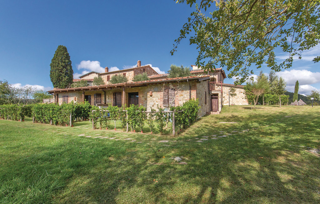 Additional photo for property listing at Grand estate with far, stables, vineyard, olive groove and hunting facilities Monticiano Monticiano, Siena 53015 Italien