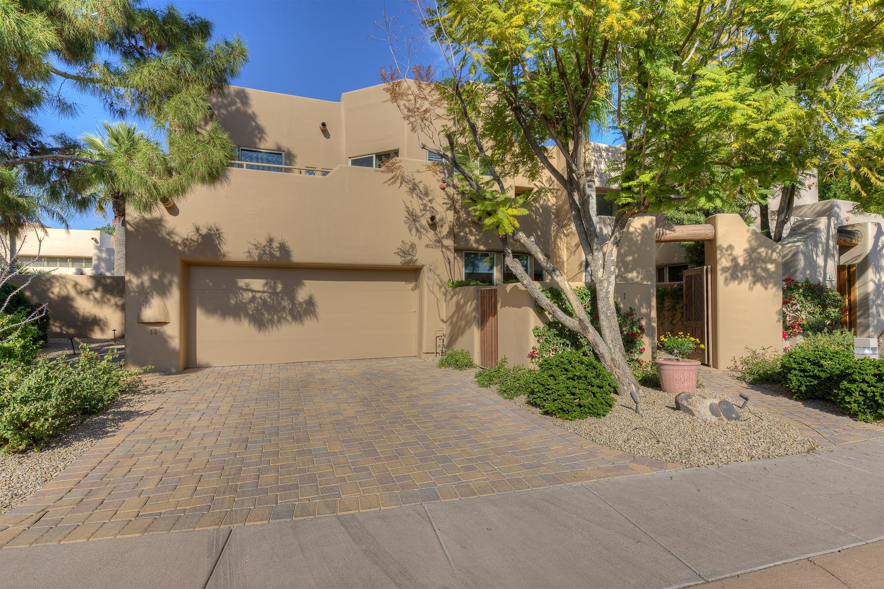 Maison de ville pour l Vente à Monterey Home In The Highly Desirable Guard-Gated Village Of Pavoreal 6711 E Camelback Rd #42 Scottsdale, Arizona 85251 États-Unis