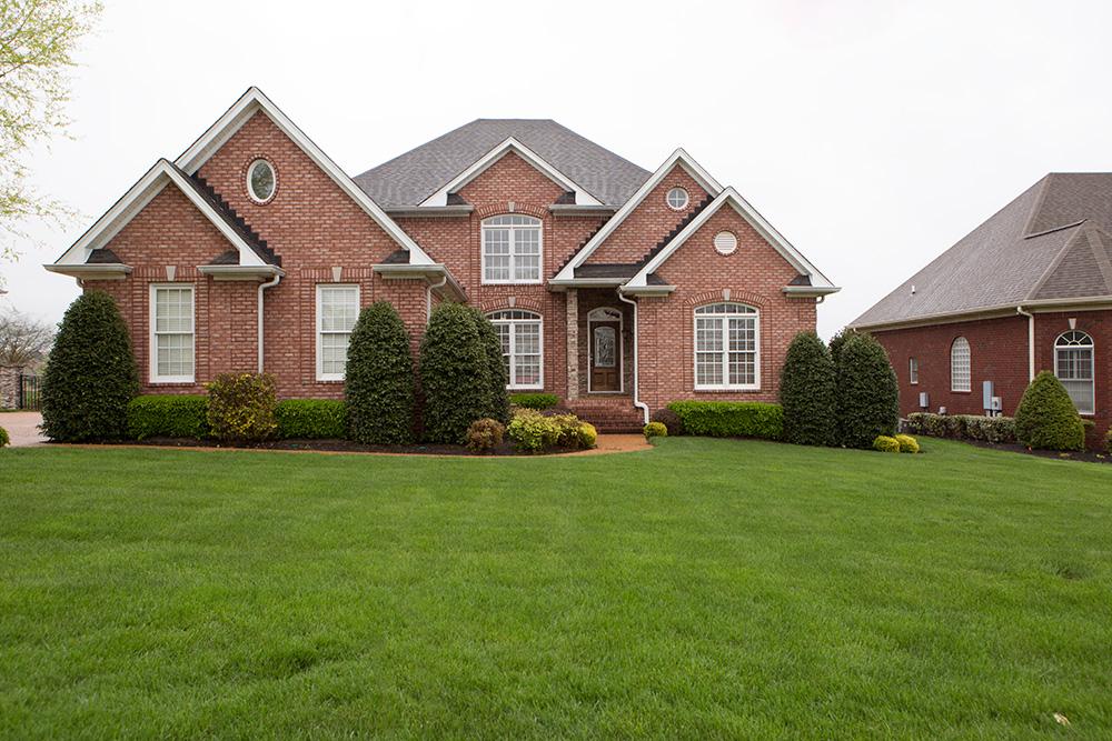Villa per Vendita alle ore Immaculate Executive Home Along 12th Hole 413 Five Oaks Blvd Lebanon, Tennessee 37087 Stati Uniti
