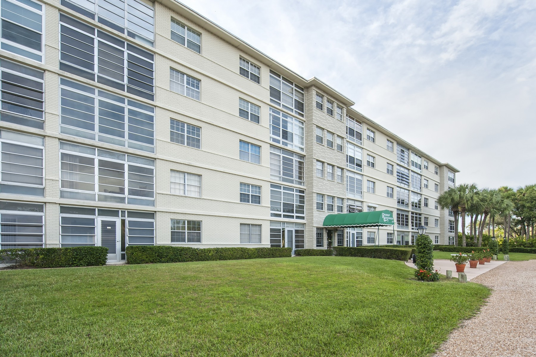 Condomínio para Venda às Great River View Condo 2333 Indian River Blvd #402 Vero Beach, Florida, 32960 Estados Unidos