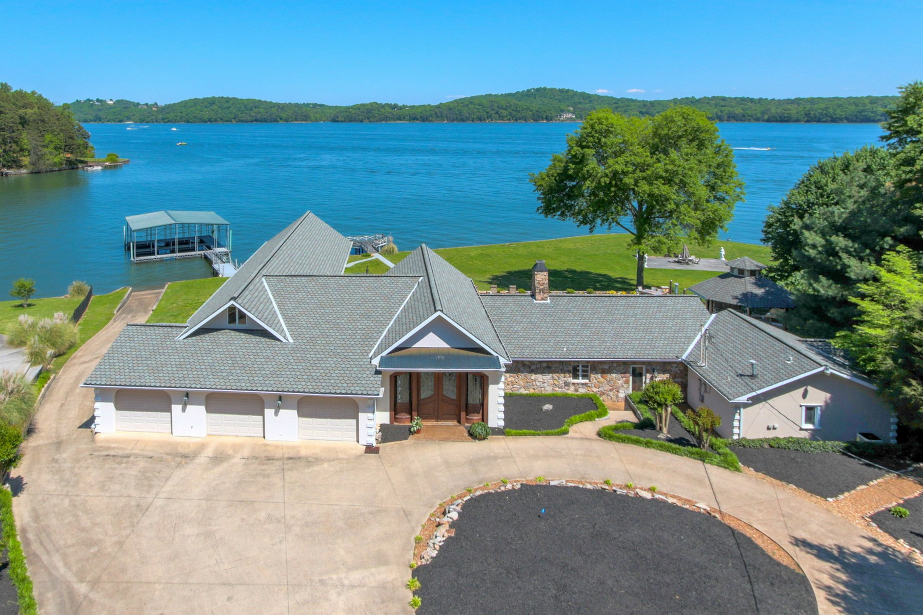 Moradia para Venda às Prime Waterfront Home on Lake Chickamauga 2133 Clematis Drive Hixson, Tennessee, 37343 Estados Unidos