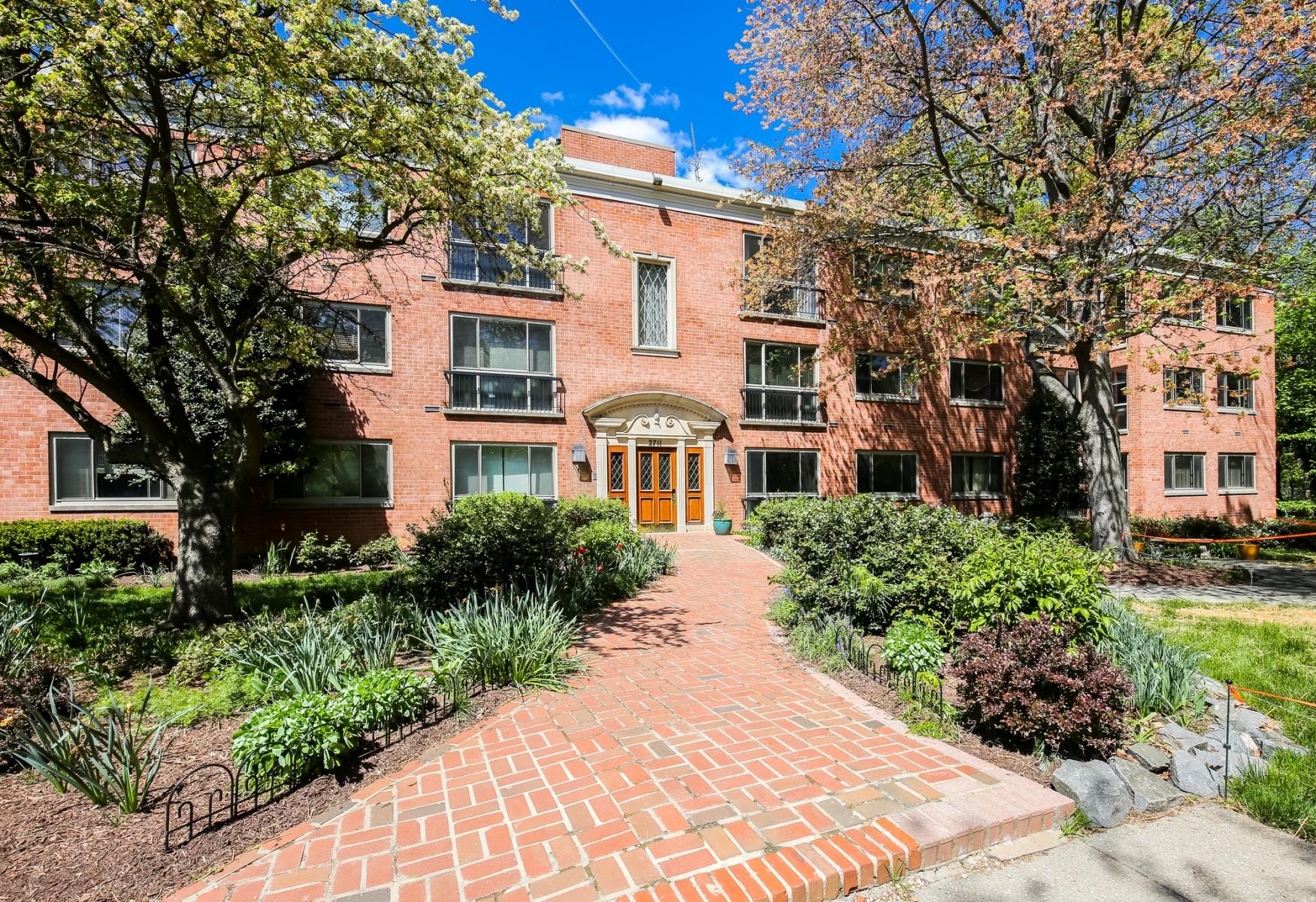 Appartement en copropriété pour l Vente à Cleveland Park: The Tatham House 2711 Ordway Street Nw 103 Washington, District De Columbia 20008 États-Unis