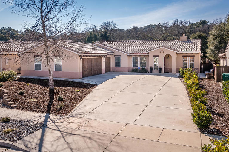 Single Family Home for Sale at Impressive Home in The Colony at Apple Valley 6190 Via Huerto Court Atascadero, California 93422 United States