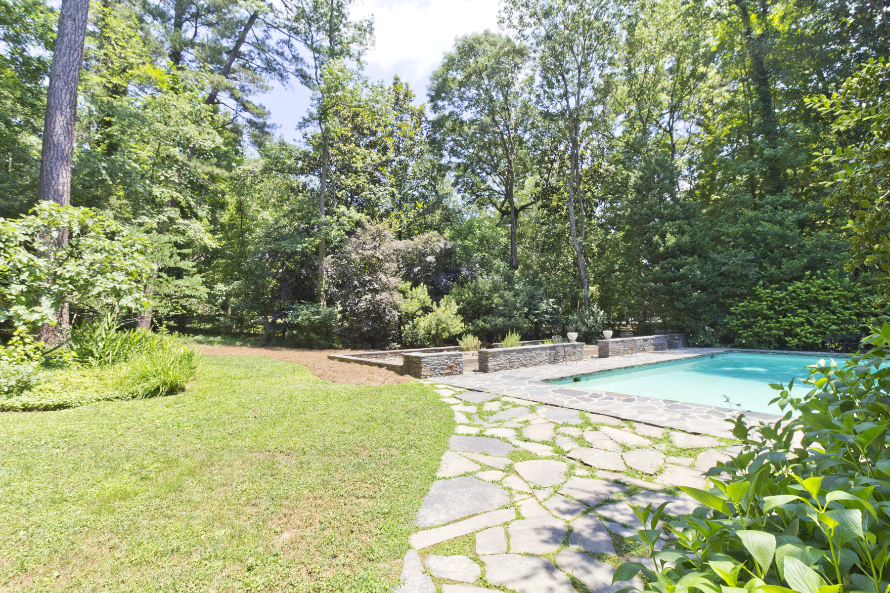 Additional photo for property listing at One Level Living, Pool, And Garden 3044 Nancy Creek Road NW Atlanta, Georgien 30327 Usa