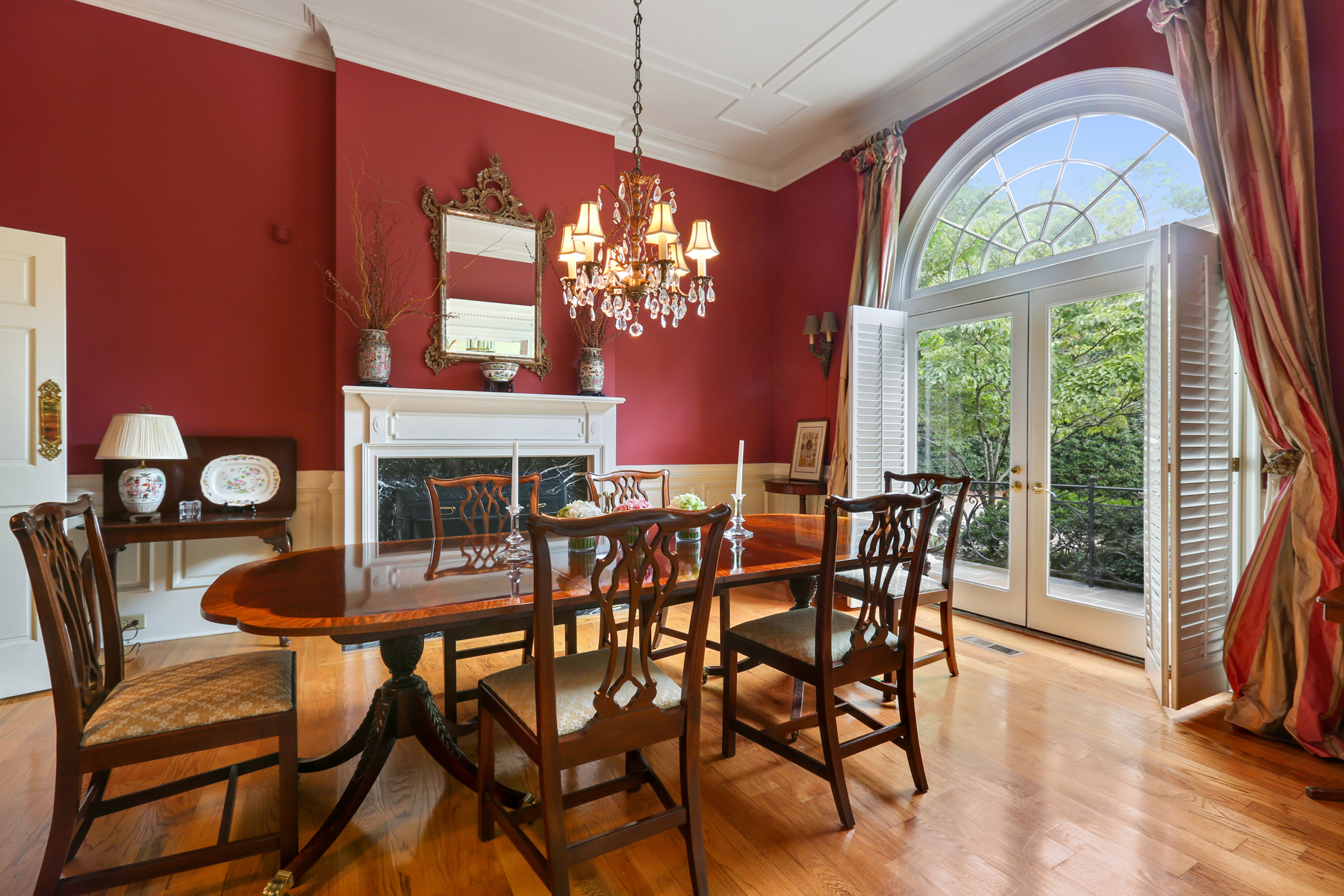 Additional photo for property listing at Elegant Traditional Home In Perfect Buckhead Location 1280 West Wesley Road NW Atlanta, Georgië 30327 Verenigde Staten