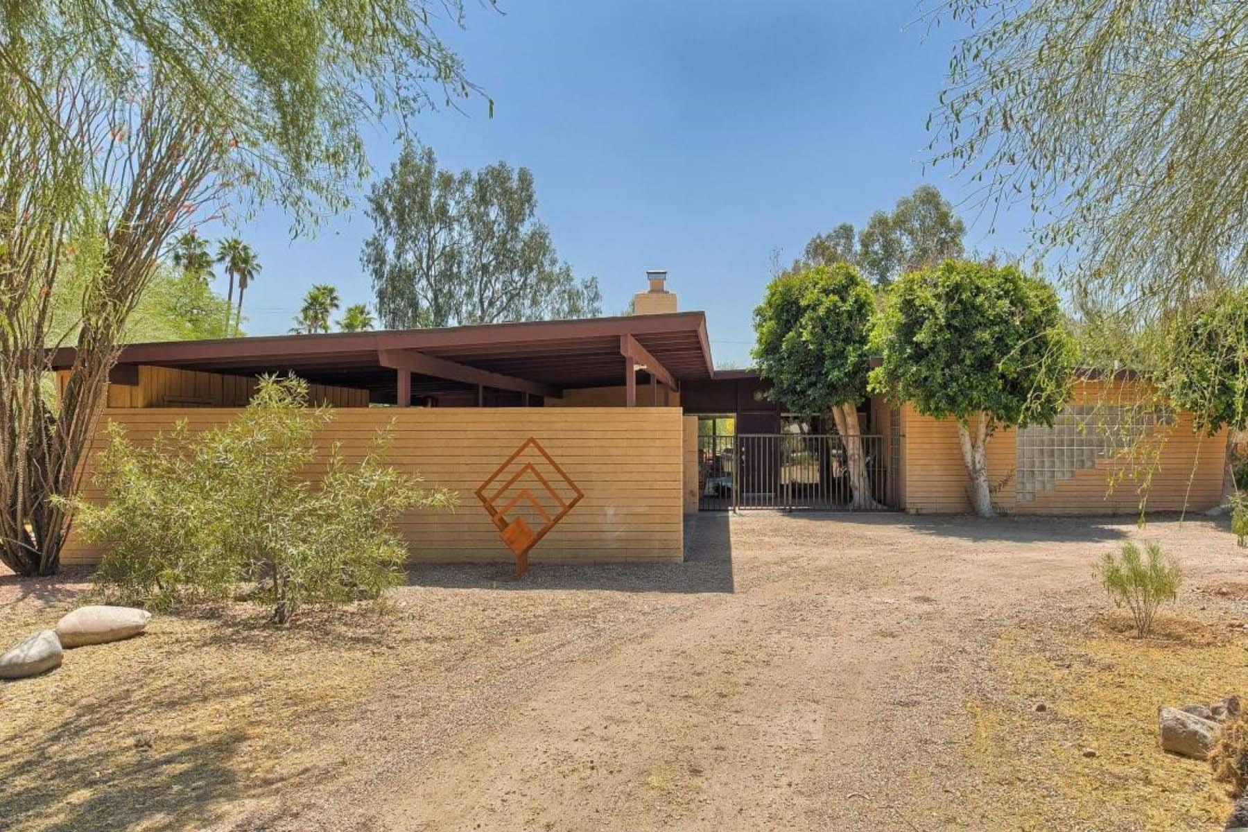 Maison unifamiliale pour l Vente à Located on more than one-half acre in Marion Estates. 4107 E SAN MIGUEL AVE Phoenix, Arizona 85018 États-Unis