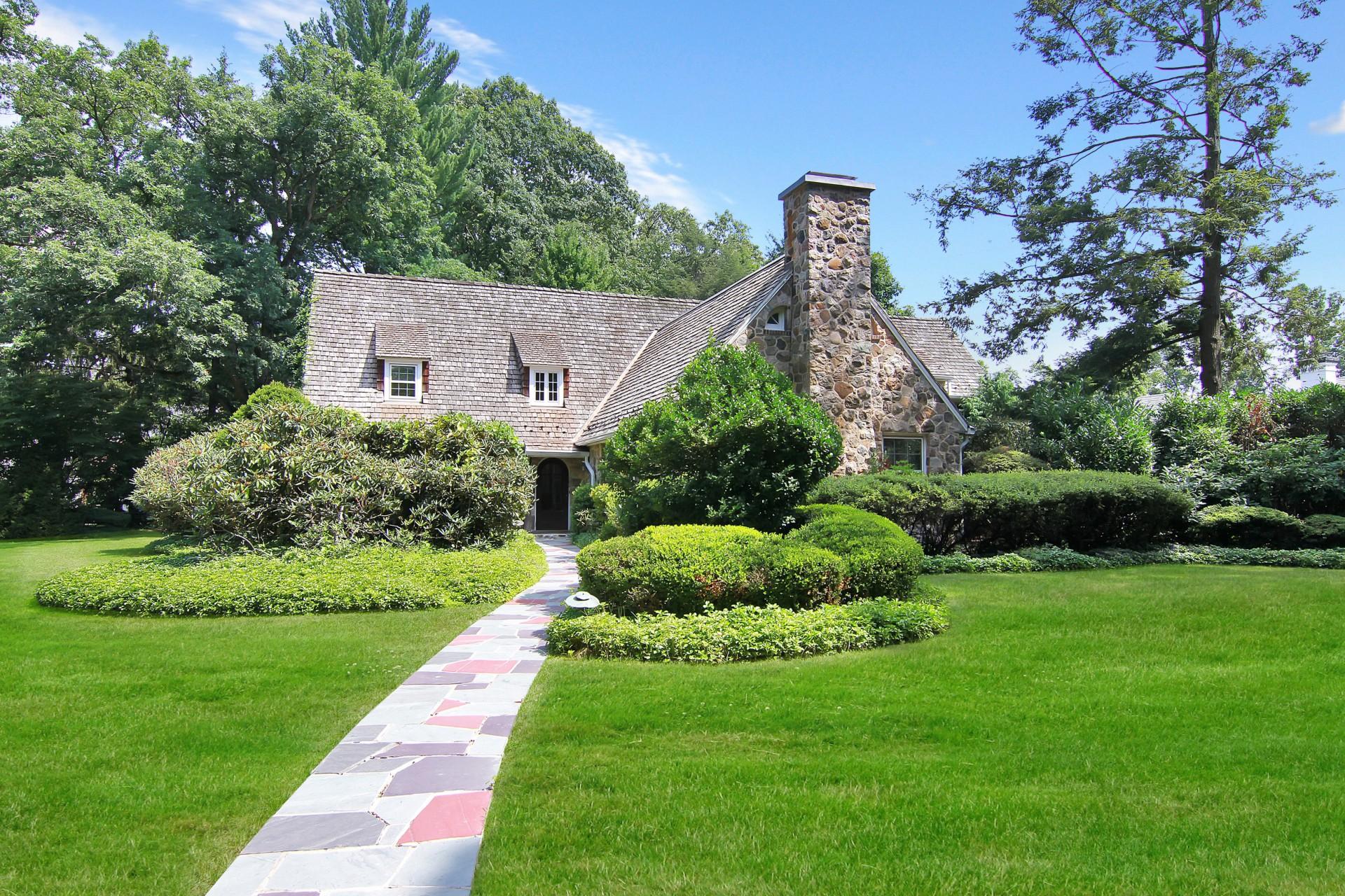 Casa Unifamiliar por un Venta en English Cotswold Home 186 Highland Avenue Short Hills, Nueva Jersey, 07078 Estados Unidos