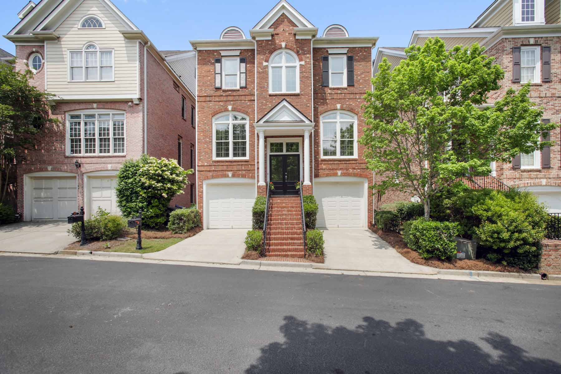 Частный односемейный дом для того Продажа на Amazing All brick Three level Four bedThree and a Half Bath Executive Property 1111 Valley Overlook Drive NE Atlanta, Джорджия, 30324 Соединенные Штаты