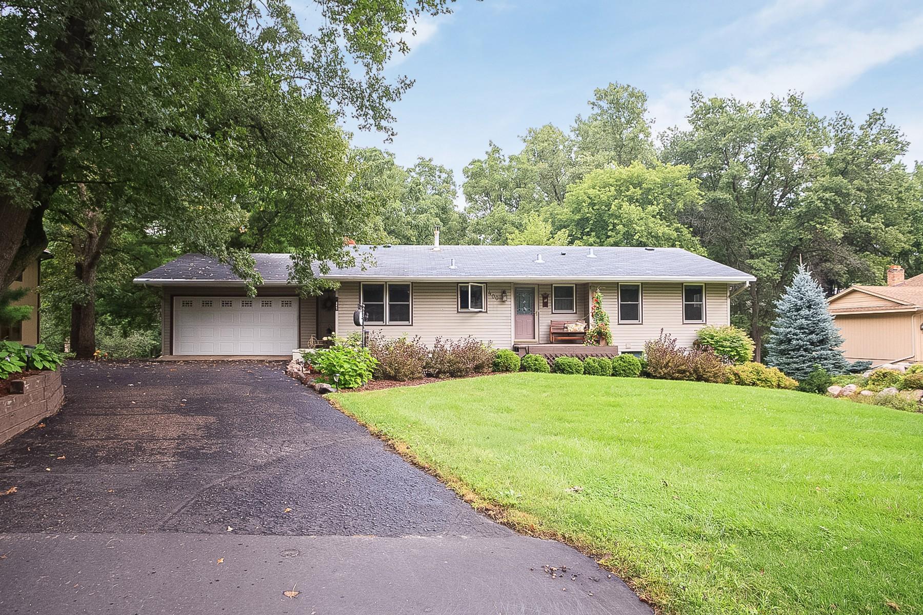 Villa per Vendita alle ore 400 Woodland Drive Burnsville, Minnesota 55337 Stati Uniti