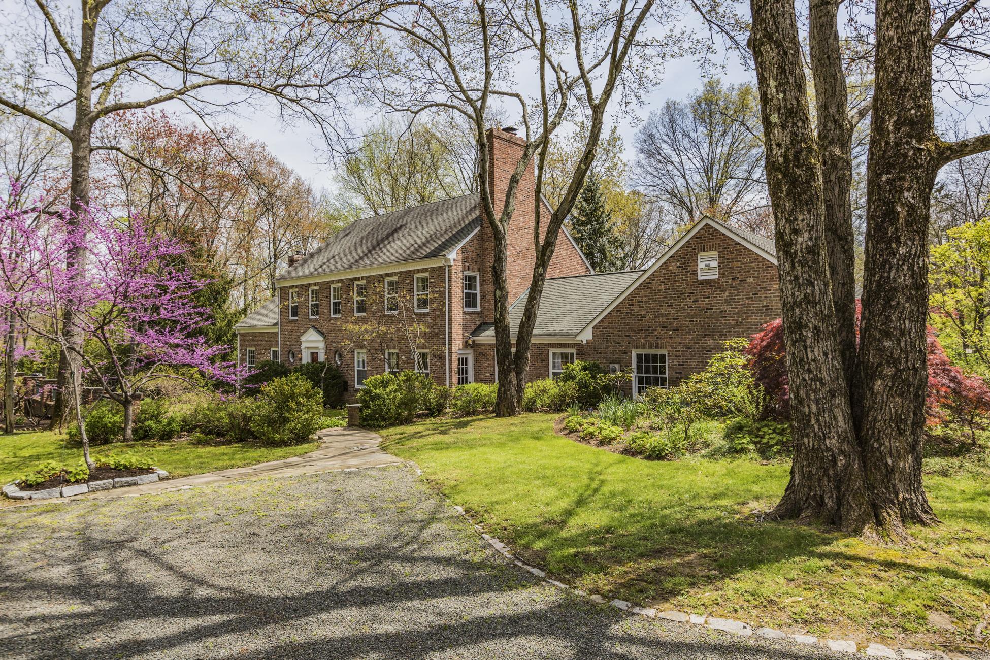 独户住宅 为 销售 在 Garden of Paradise, Nestled in a Princeton Enclave 33 Stuart Close 普林斯顿, 新泽西州, 08540 美国