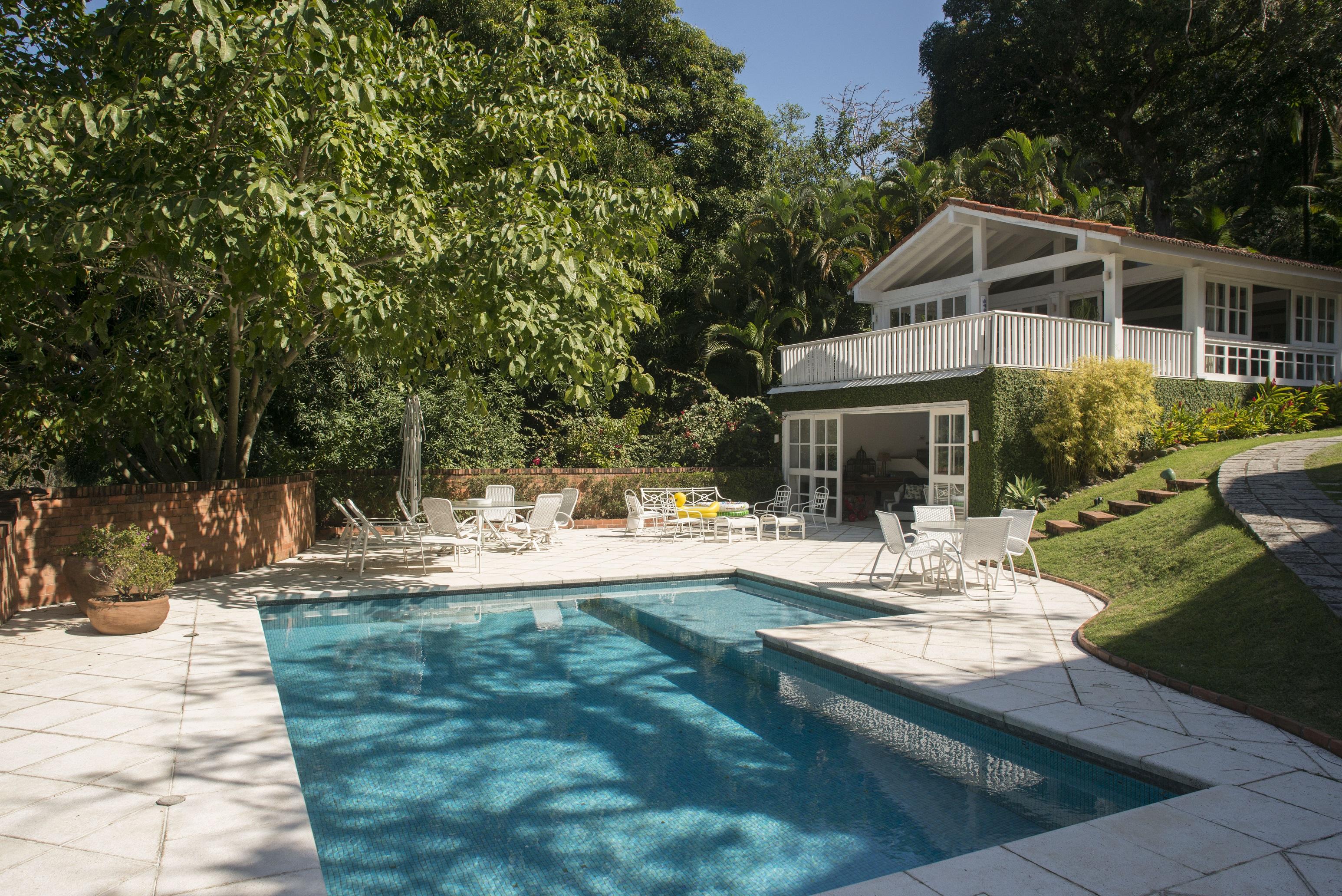 Частный односемейный дом для того Продажа на Charming and Elegant Rua Iposeira Rio De Janeiro, Рио-Де-Жанейро, 22610380 Бразилия