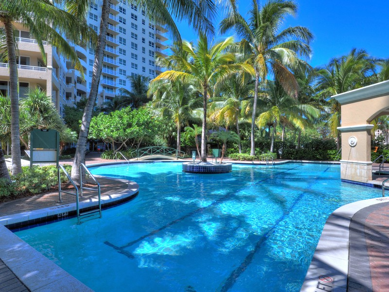 Condominio por un Venta en 19501 W Country Club Dr #1606 Aventura, Florida 33180 Estados Unidos