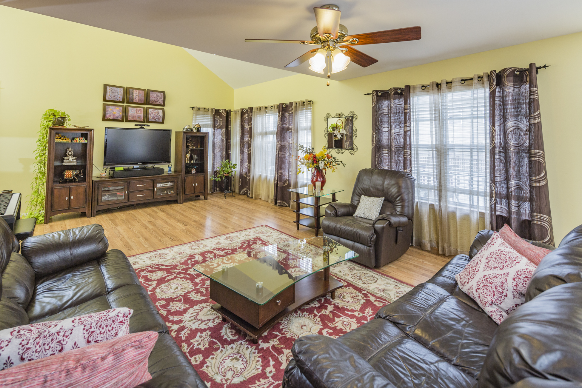 Additional photo for property listing at Bright, Airy, and Ultra-Convenient in Lawrence - Lawrence Township 113 Canal View Drive Lawrence, Nueva Jersey 08648 Estados Unidos