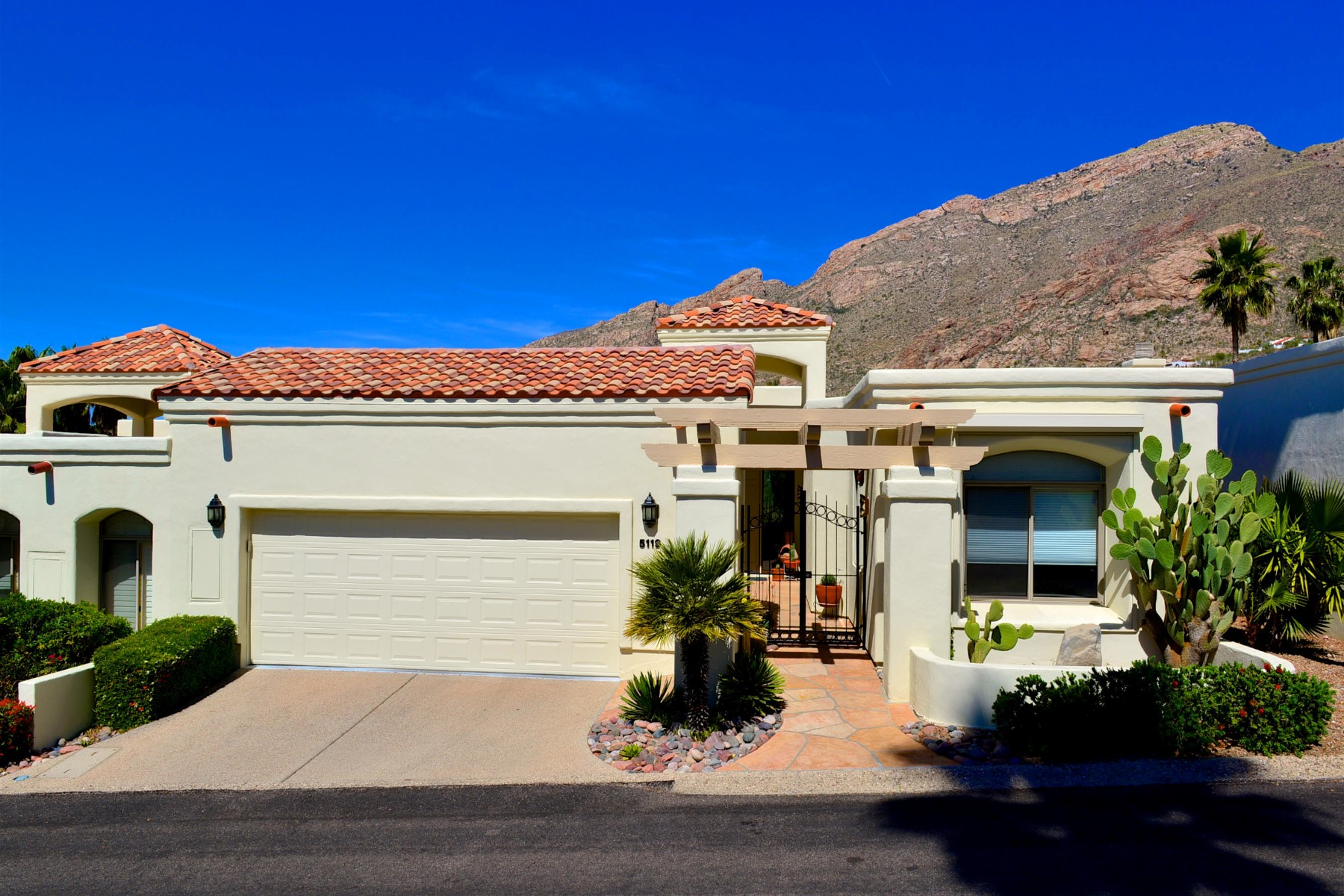 sales property at Beautifully maintained end unit with stunning Catalina mountain views