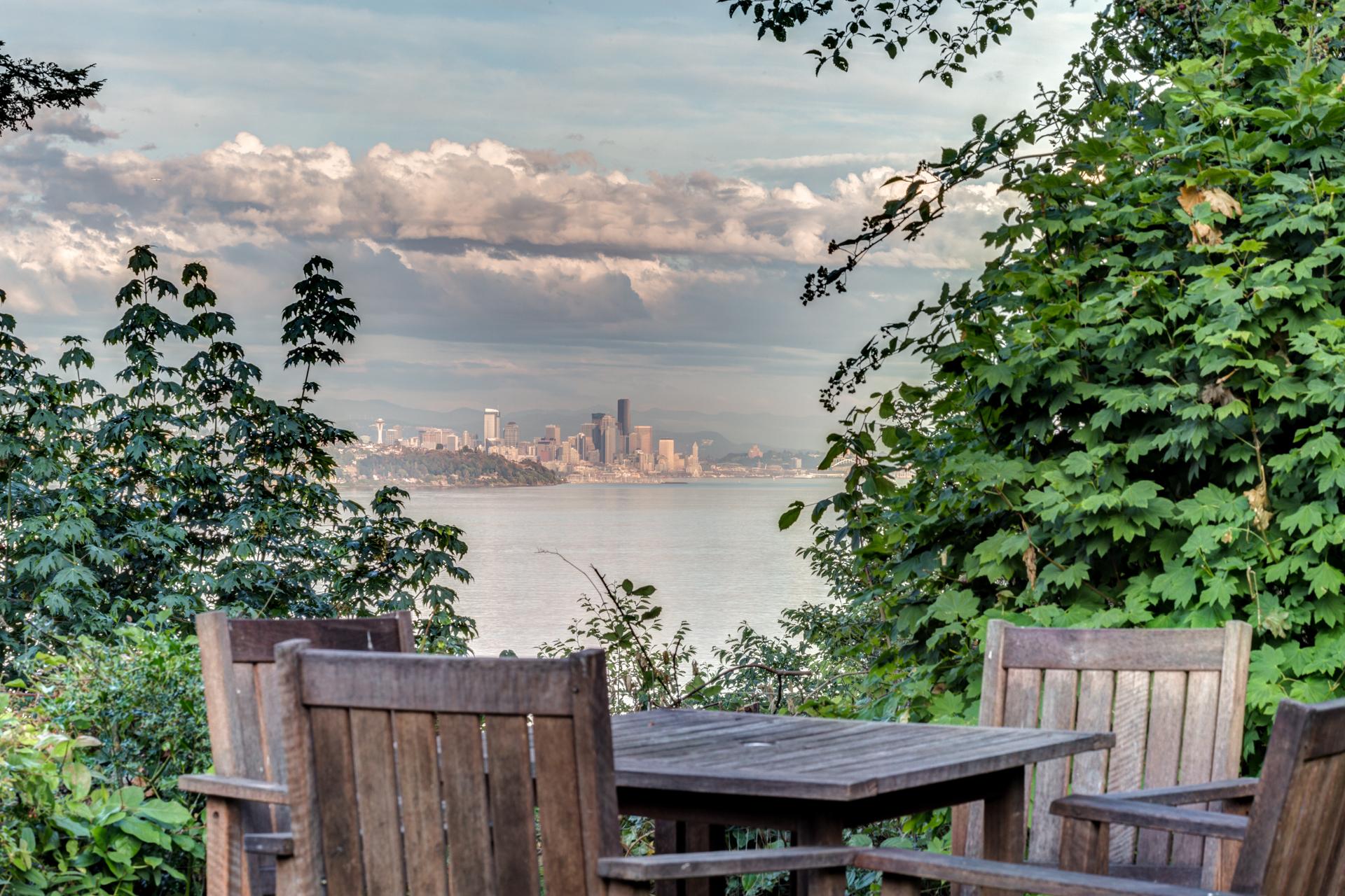 Maison unifamiliale pour l Vente à Waterfront on Sunrise 12146 Sunrise Dr. NE Bainbridge Island, Washington, WA États-Unis