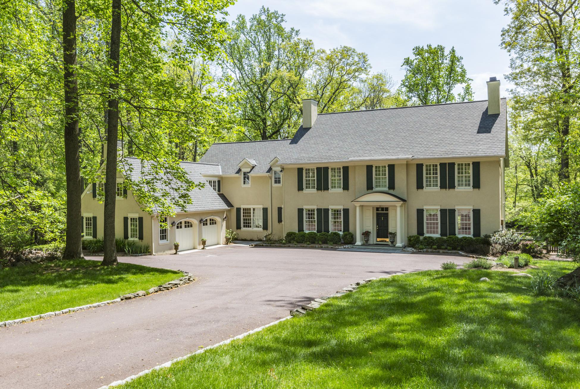 Maison unifamiliale pour l Vente à Refined and Graceful Amid Lush Privacy 33 Bogart Court Princeton, New Jersey, 08540 États-Unis