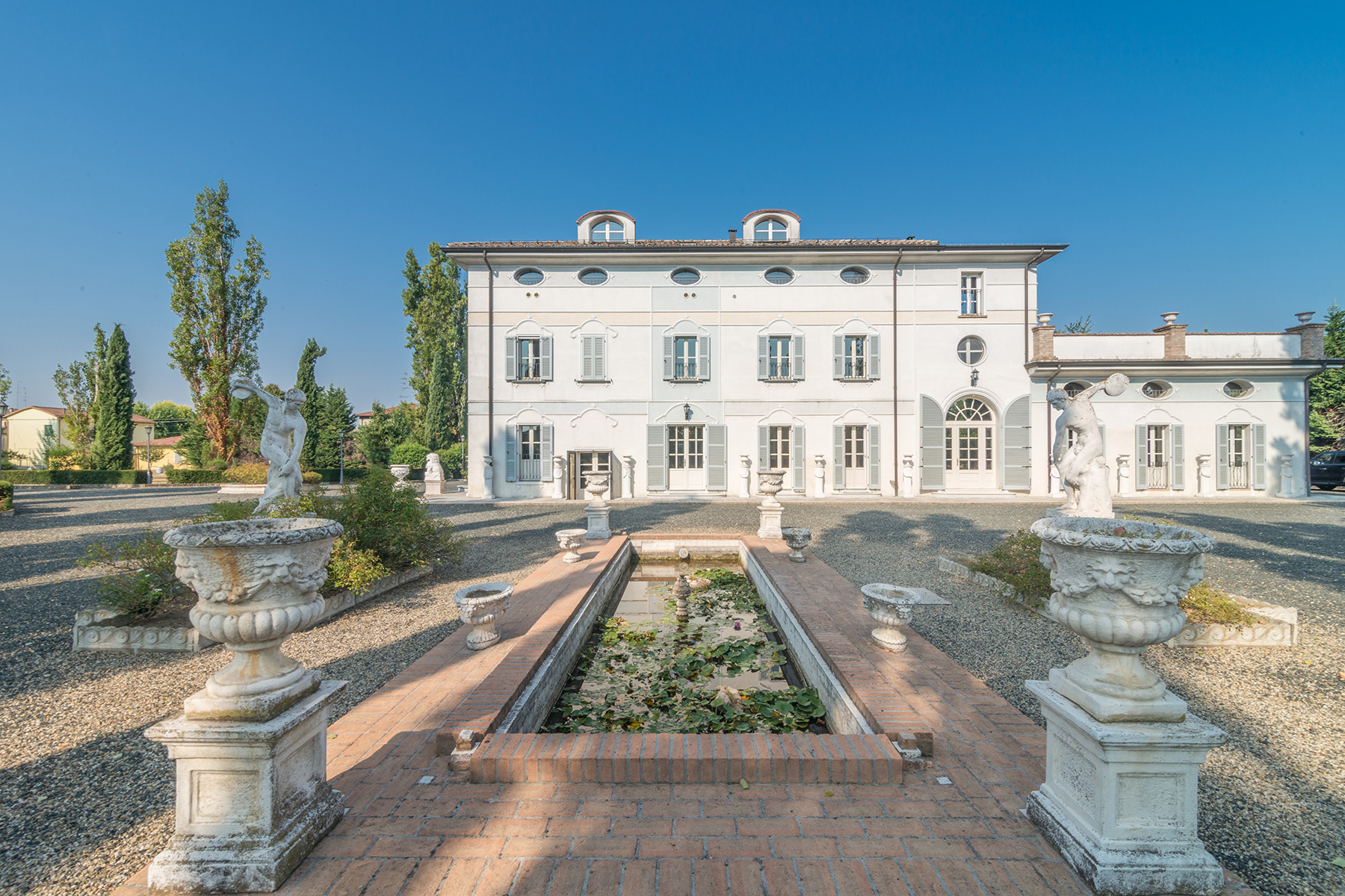Additional photo for property listing at Charming Villa in a beautiful private park Via Massimo Tonelli Reggio Emilia, Reggio Emilia 42121 Italie