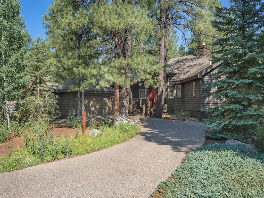 Moradia para Venda às Delightful Forest Highlands Home 2094 E Paleo Place Flagstaff, Arizona 86005 Estados Unidos