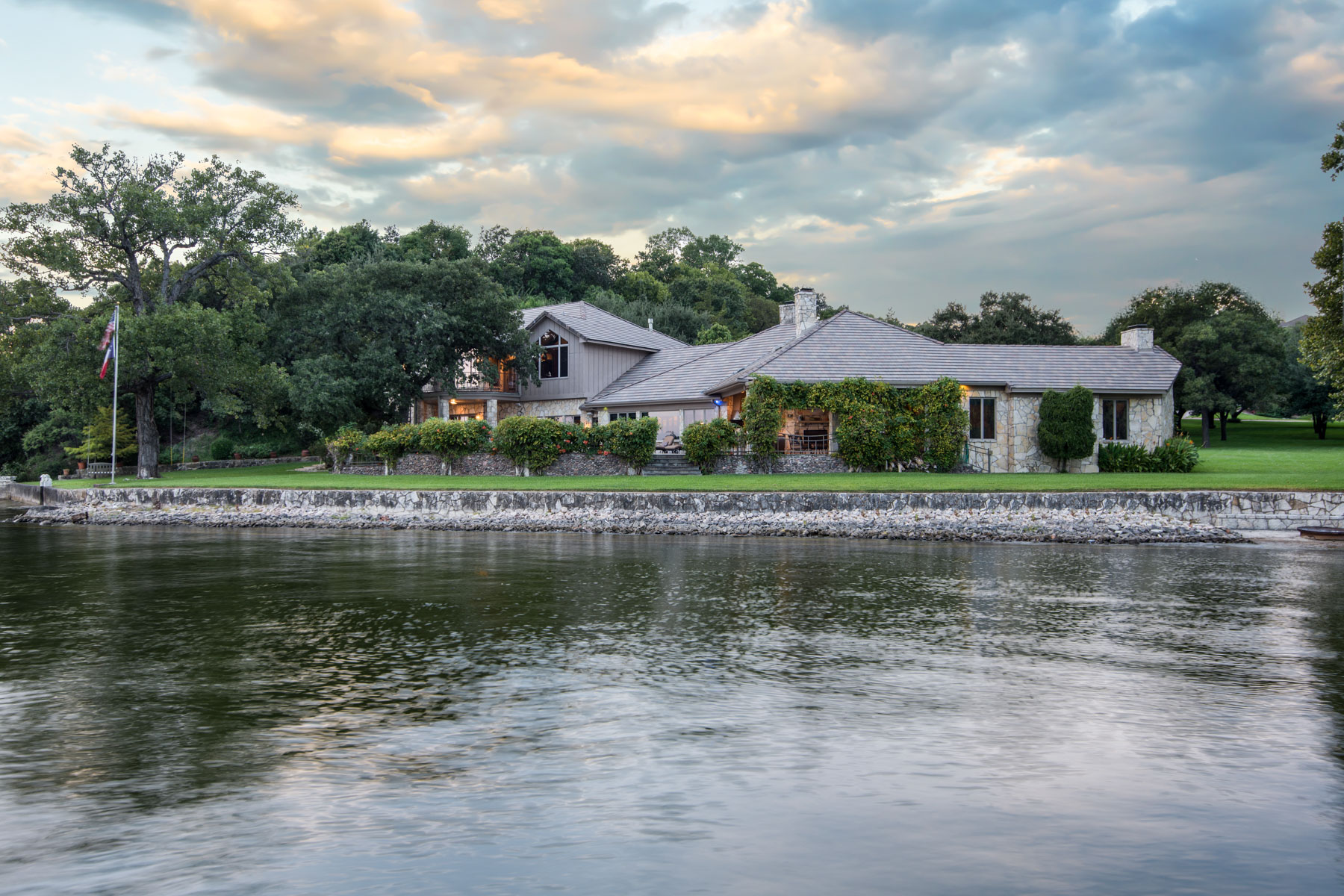 独户住宅 为 销售 在 Eagle Mountain Lake Waterfront Jewel 9900 Boat Club Road 沃斯堡市, 得克萨斯州, 76179 美国
