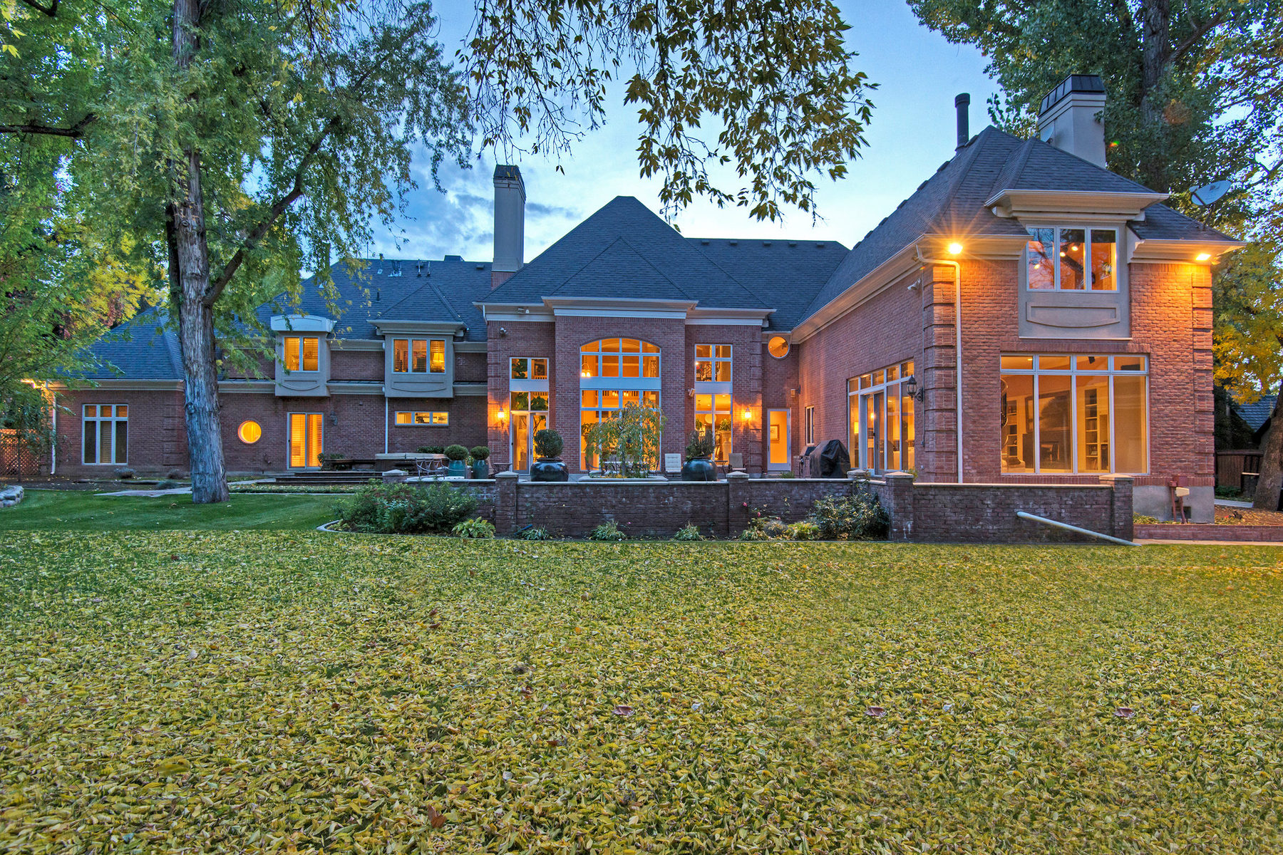 Maison unifamiliale pour l Vente à Stunning, Elegant Estate on Wooded Lot 5497 S Walker Estates Cir Salt Lake City, Utah 84117 États-Unis