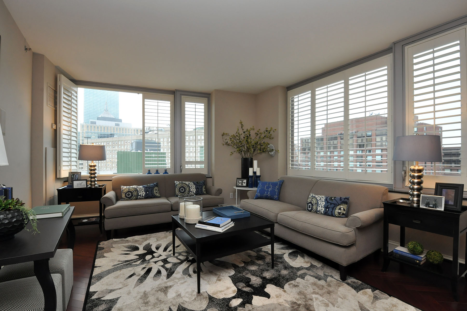 콘도미니엄 용 매매 에 Beautiful Two Bedroom At One Charles 1Charles Street Unit 1012 Back Bay, Boston, 매사추세츠 02116 미국