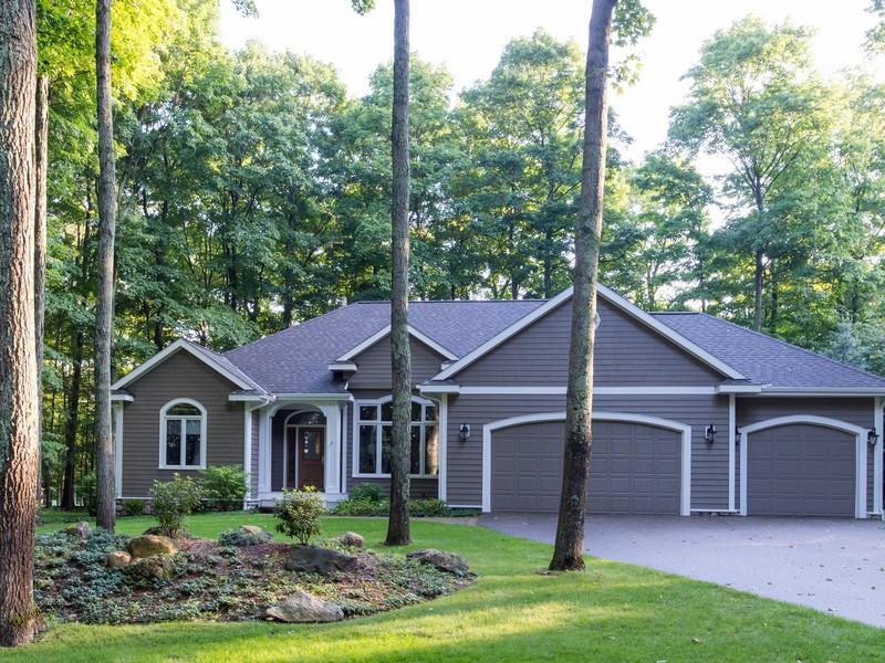 Частный односемейный дом для того Продажа на Charlevoix Country Club Quality Built Ranch Home on the Fourth Green 12407 Country Club Drive Charlevoix, Мичиган 49720 Соединенные Штаты