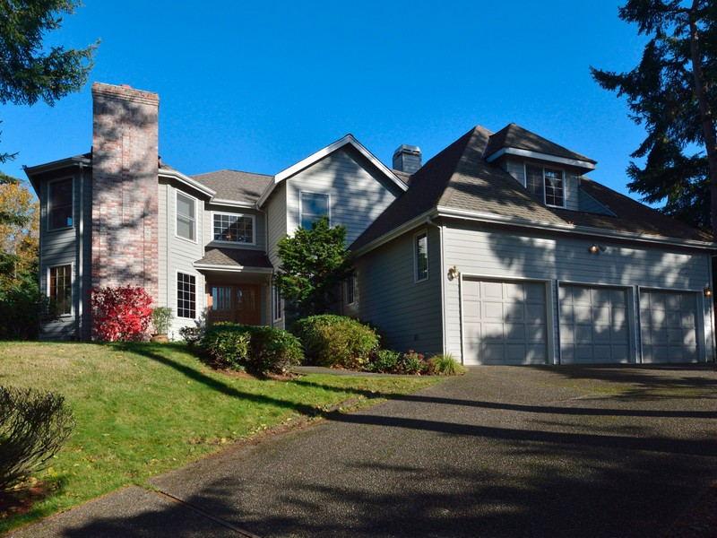 Single Family Home for Sale at Beautiful Lakemont/Forest Ridge Home 6590 151st Place SE Bellevue, Washington 98006 United States