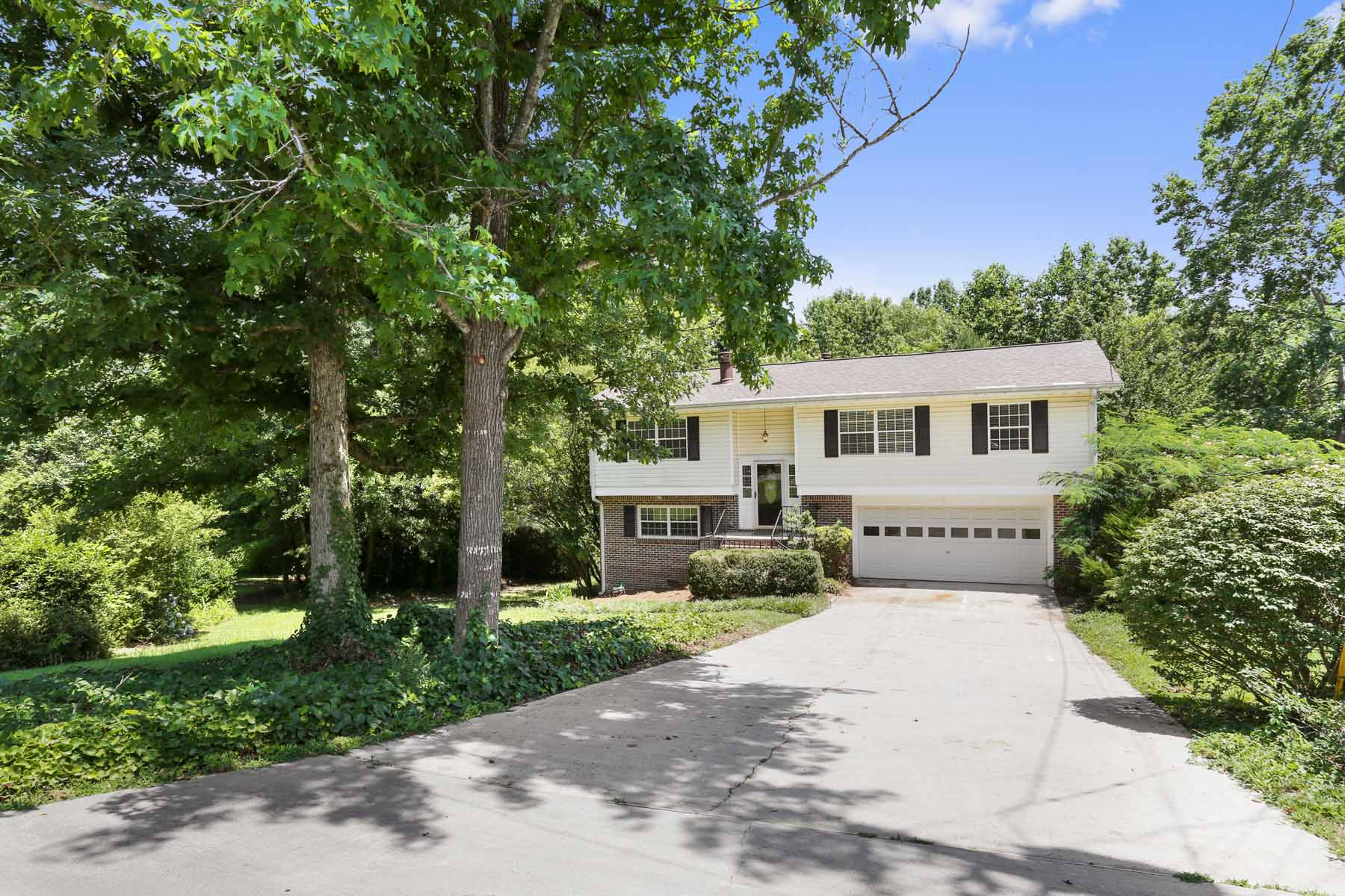 獨棟家庭住宅 為 出售 在 Spacious Home On .62 Acre Cul-De-Sac Lot In Popular Swim Tennis Neighborhood! 3812 Abby Court Atlanta, 喬治亞州, 30360 美國