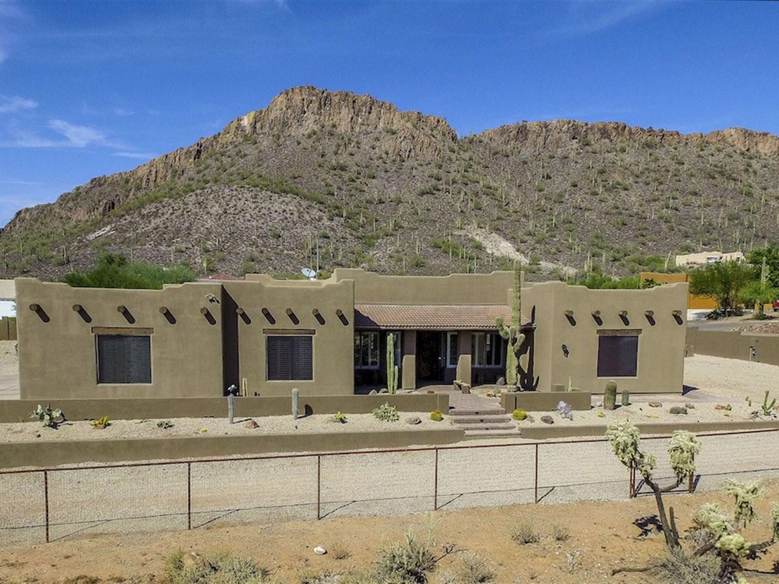 Casa para uma família para Venda às Rare Desert Hills Home 1109 E Falling Star RD Phoenix, Arizona 85086 Estados Unidos