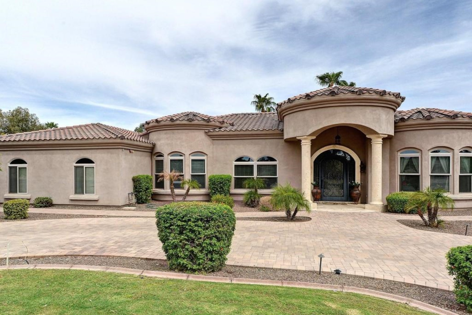 Villa per Vendita alle ore Situated on over an acre, this home boasts four bedrooms, 4.5 baths 5000 E Cheryl Dr Paradise Valley, Arizona 85253 Stati Uniti