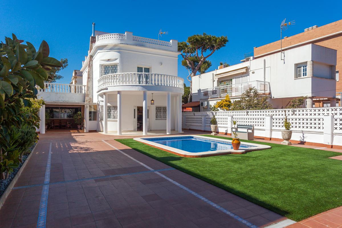 단독 가정 주택 용 매매 에 Beautiful house just steps from the beach Castelldefels, Barcelona 스페인