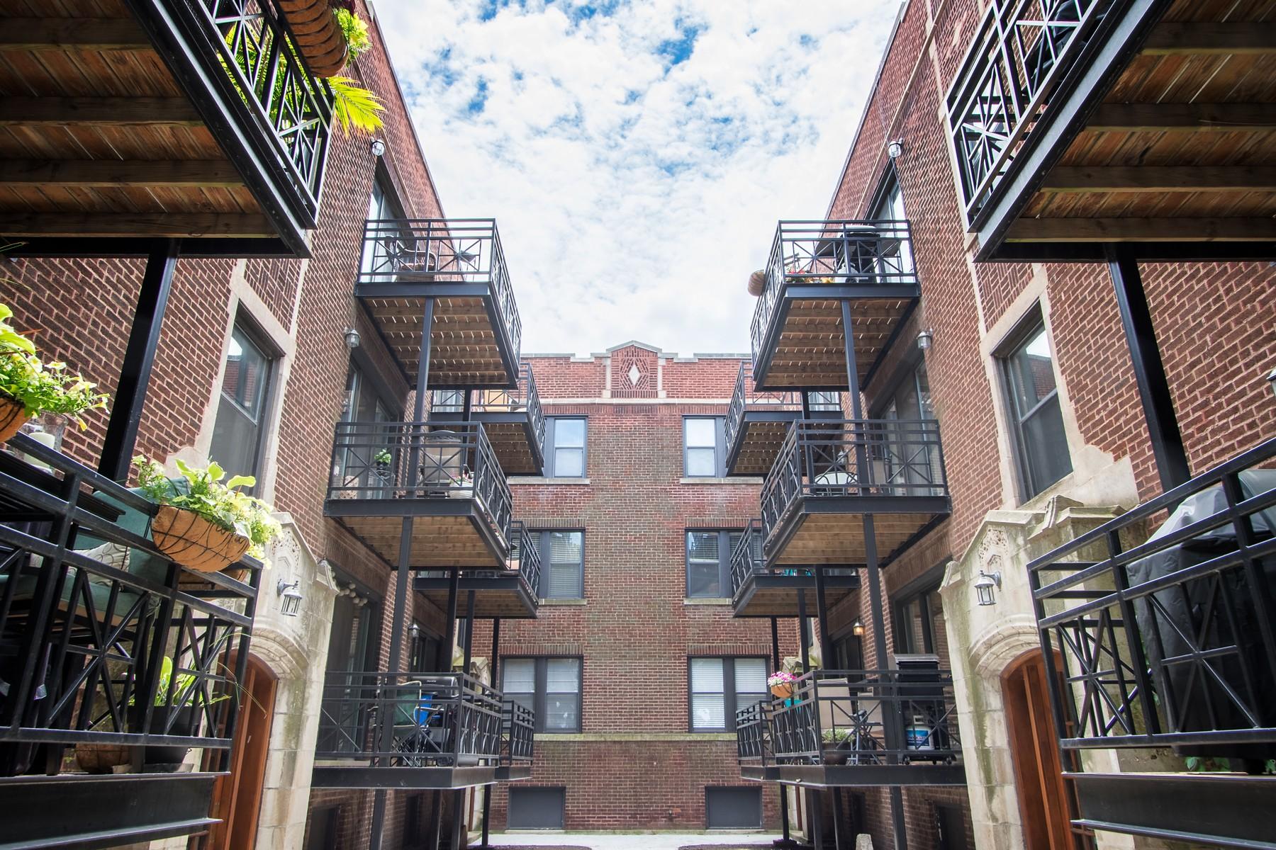 콘도미니엄 용 매매 에 Fantastic Wrigleyville One Bed Plus Den Penthouse 1155 W Grace Street Unit 3N Lakeview, Chicago, 일리노이즈, 60613 미국