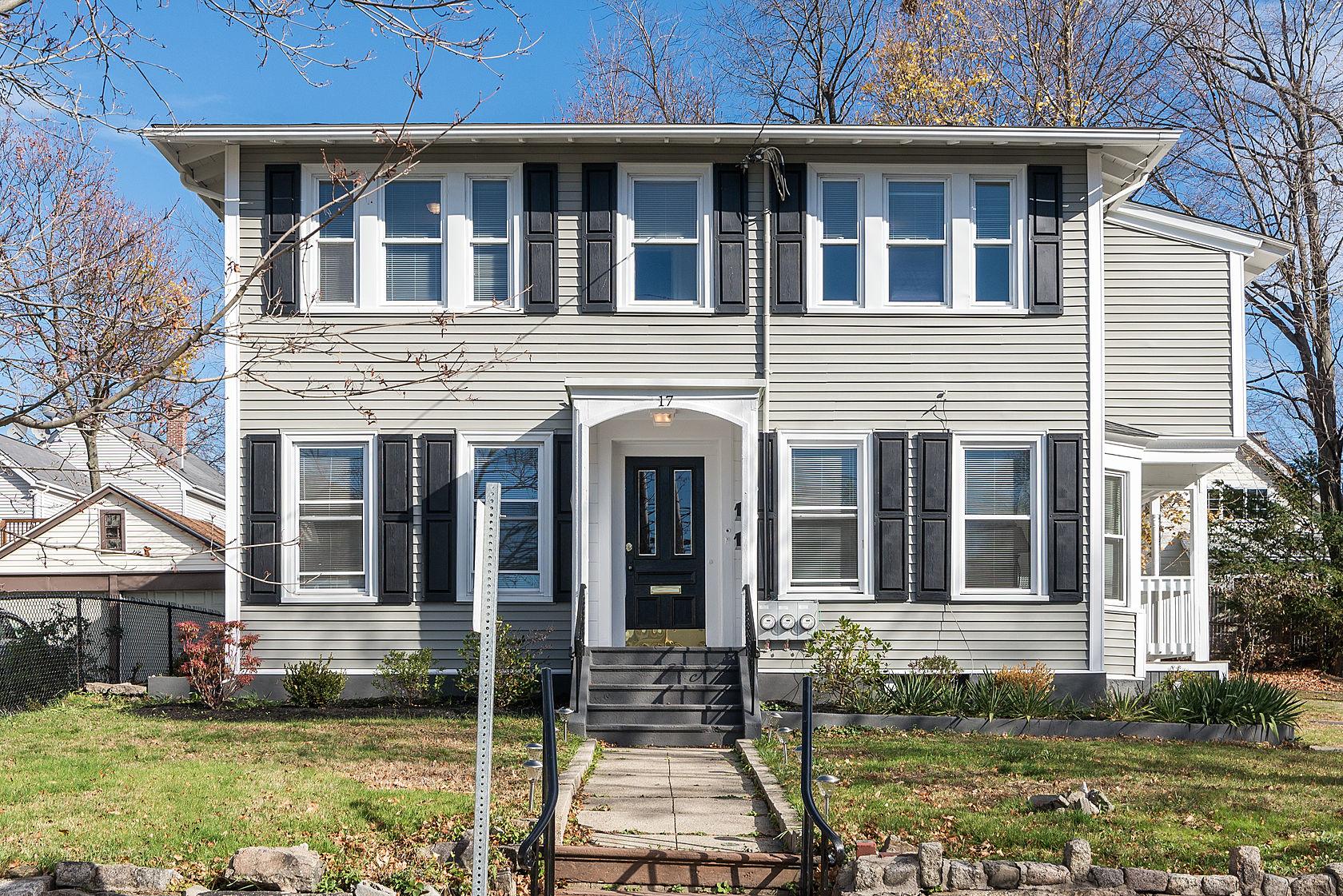 Condominio per Vendita alle ore Tranquil Living in a Family Neighborhood 17 Dent Street #2 West Roxbury, Boston, Massachusetts 02132 Stati Uniti