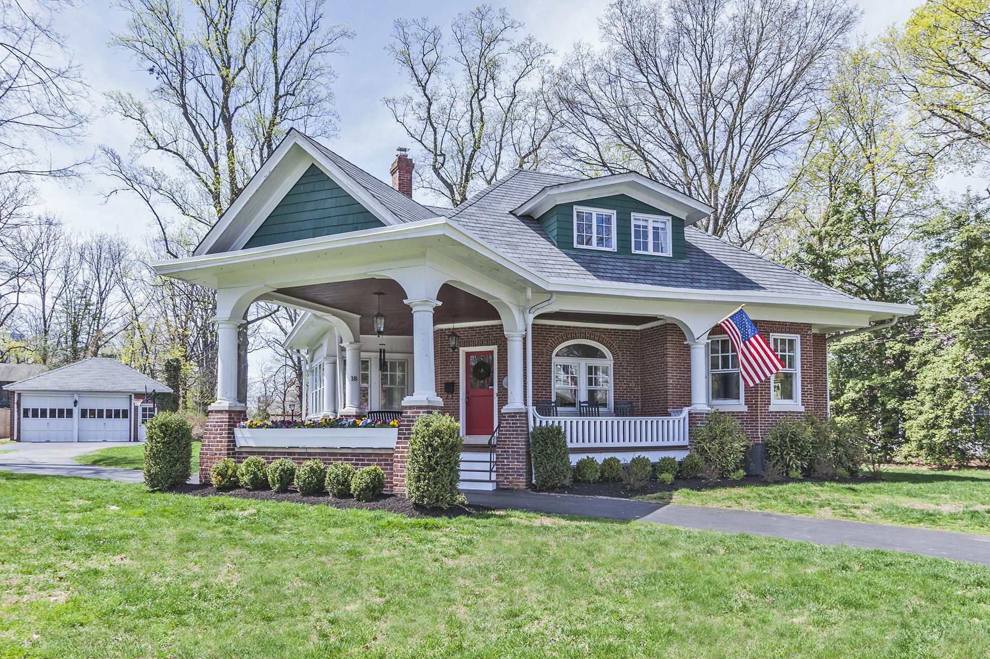 独户住宅 为 销售 在 Brick Bungalow On Pennington's Eglantine 18 Eglantine Avenue Pennington, 新泽西州 08534 美国