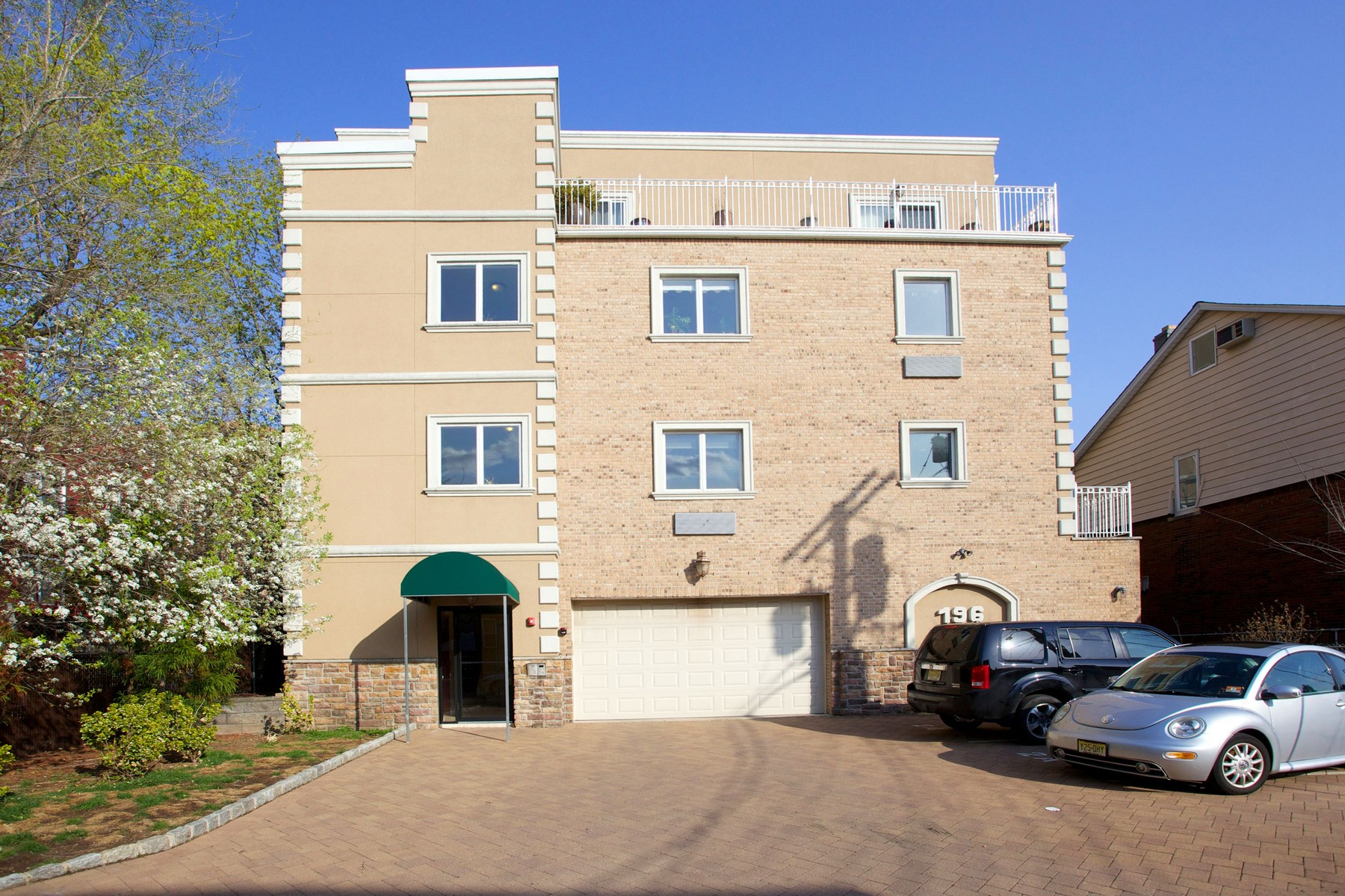 콘도미니엄 용 매매 에 Spacious apartment in pet friendly condo building 196 Cedar Street #2A Cliffside Park, 뉴저지 07010 미국