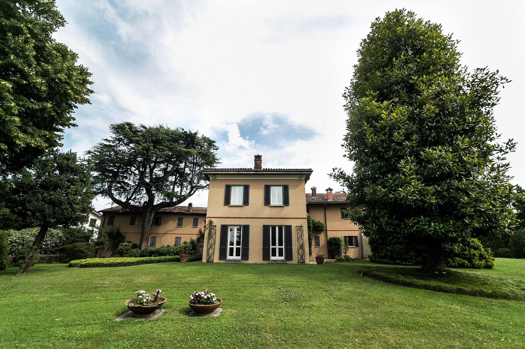 Additional photo for property listing at Elegant farmhouse located among the tranquil hills of Brianza countryside Via Muselle Carimate, Como 22060 Italia