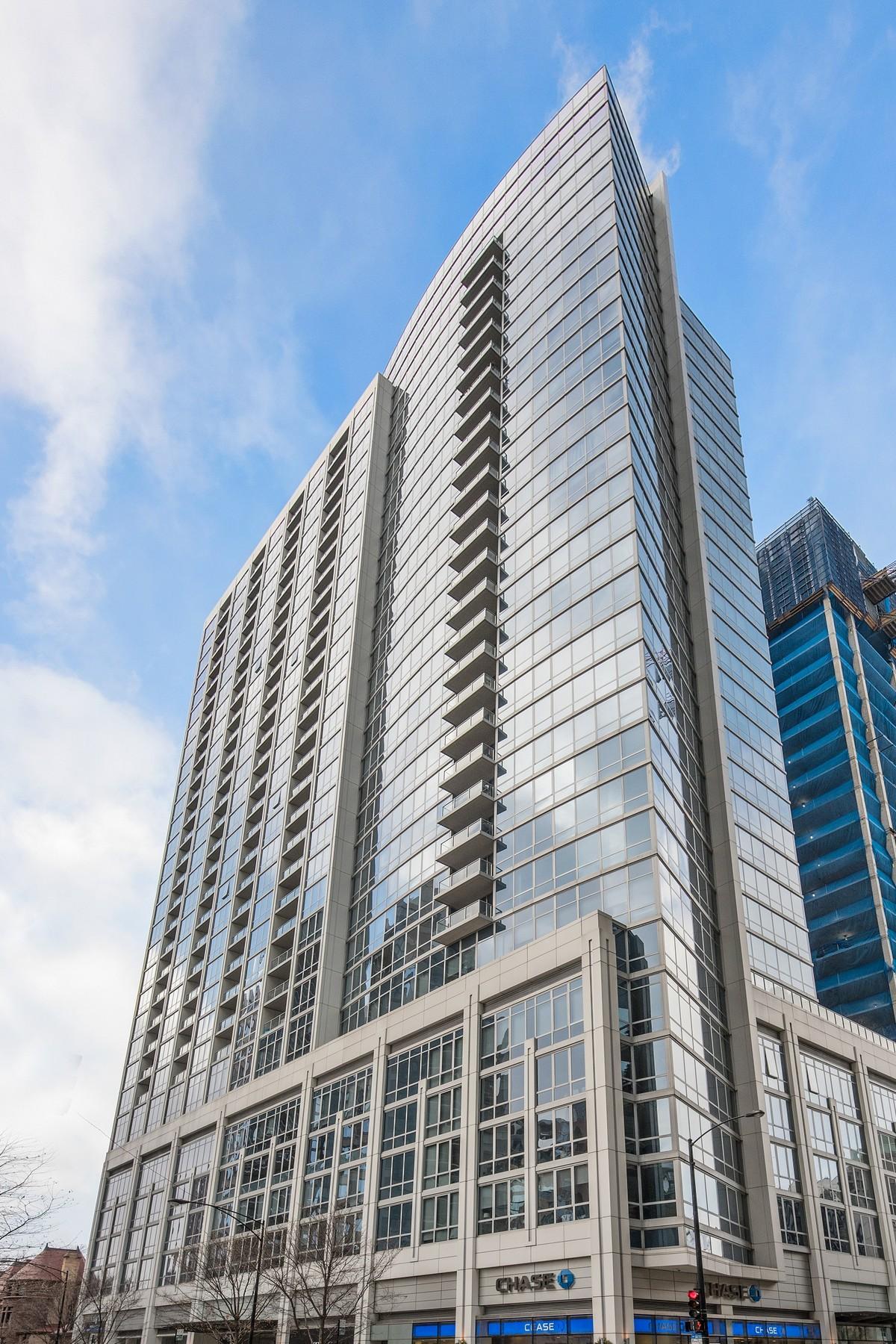 共管式独立产权公寓 为 销售 在 The Residences at Two West Delaware 2 W Delaware Place Unit 403 芝加哥, 伊利诺斯州, 60610 美国