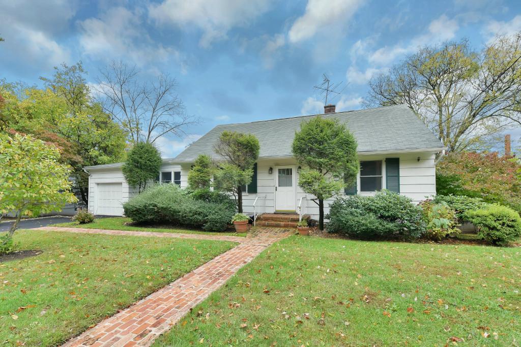 Частный односемейный дом для того Продажа на Picture Perfect 132 Glen Avenue Millburn, 07041 Соединенные Штаты