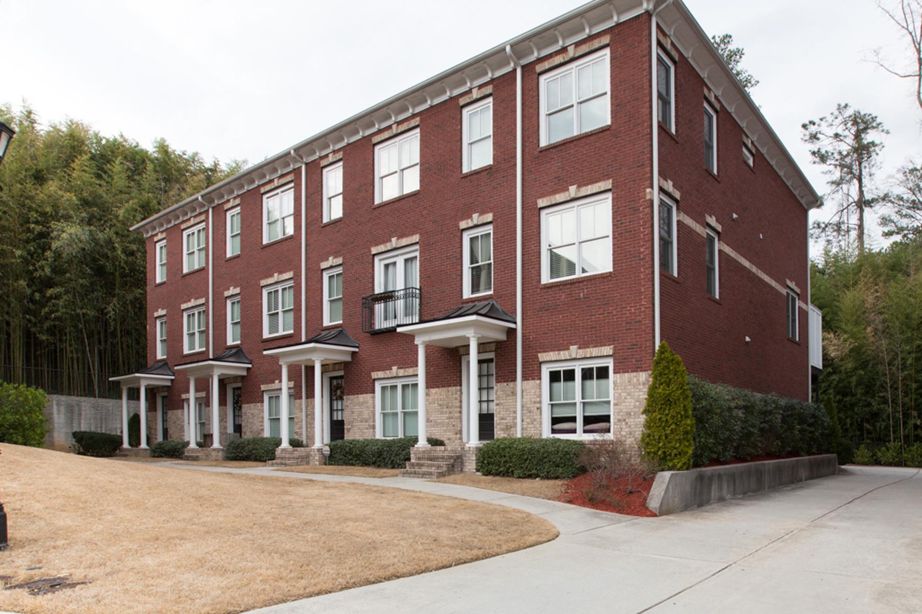 Maison en rangée pour l Vente à Great Intown Townhome 2430 Dresden Parc Circle NE Atlanta, Georgia, 30345 États-Unis