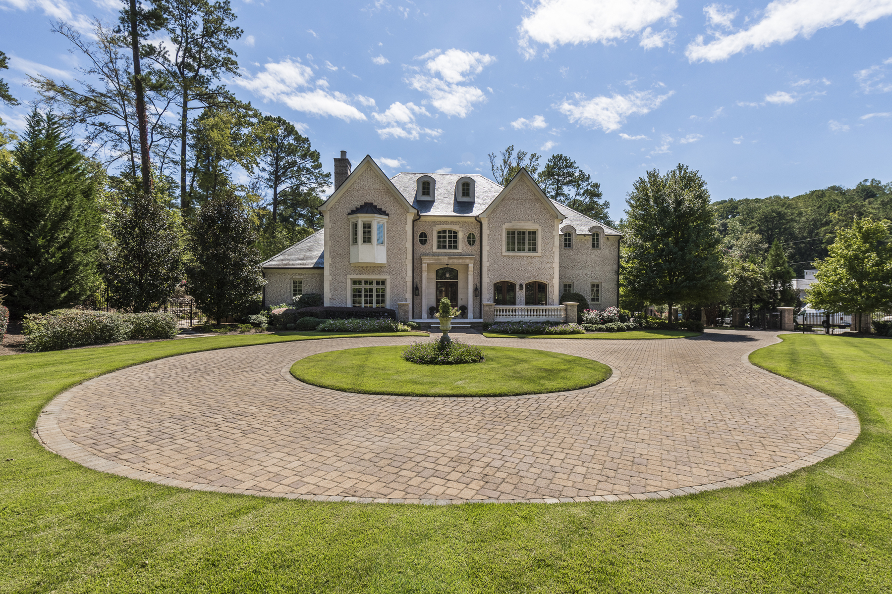 Maison unifamiliale pour l Vente à Gated On 1.14 Acres 5128 Powers Ferry Road Buckhead, Atlanta, Georgia, 30327 États-Unis