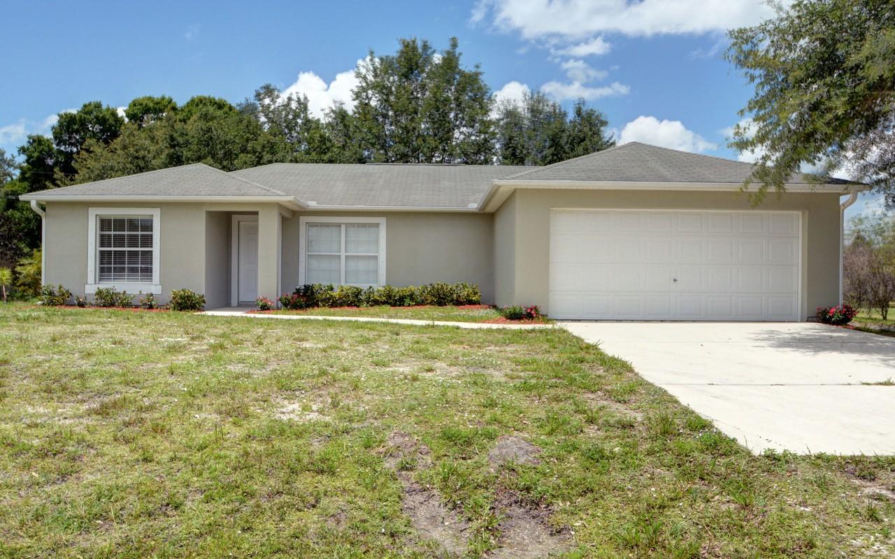 Maison unifamiliale pour l Vente à Completely Re-Modeled Home in Vero Lake Estates 8135 W 98th Ave Vero Beach, Florida, 32967 États-Unis