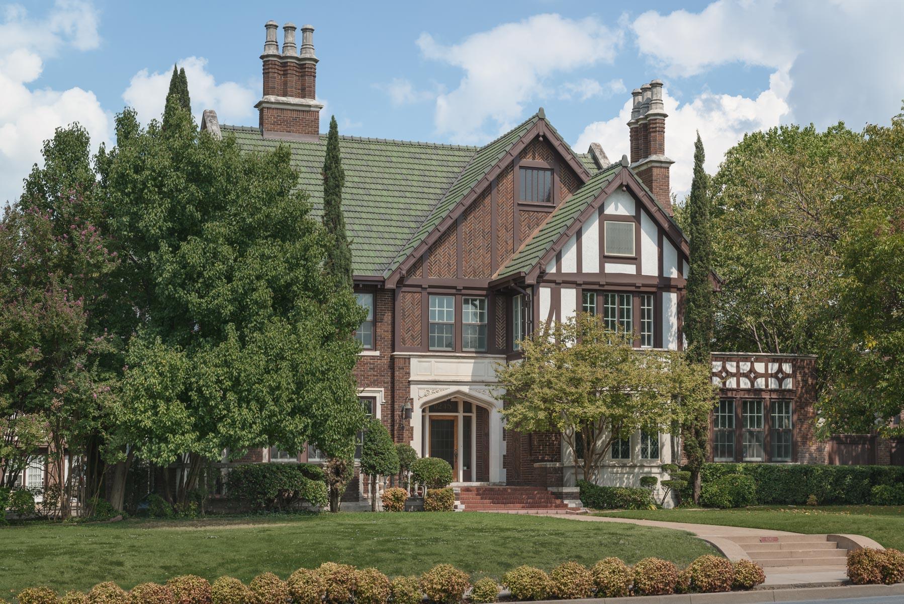 Casa para uma família para Venda às Majestic Tudor Manor 6243 La Vista Drive Dallas, Texas, 75214 Estados Unidos
