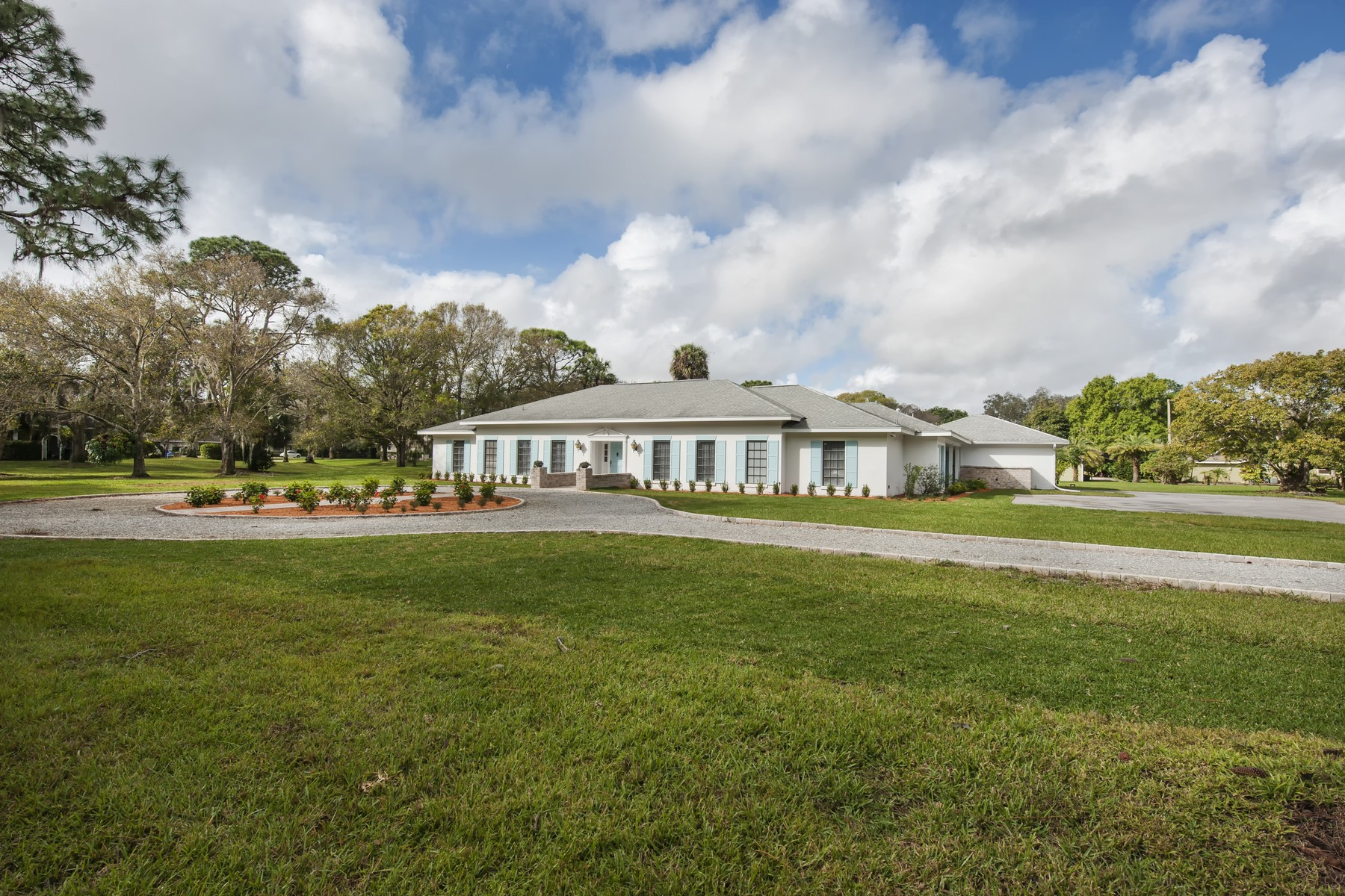Villa per Vendita alle ore Beautifully Remodeled Home with Guest House in IR Farms 1416 48th Avenue Vero Beach, Florida 32966 Stati Uniti