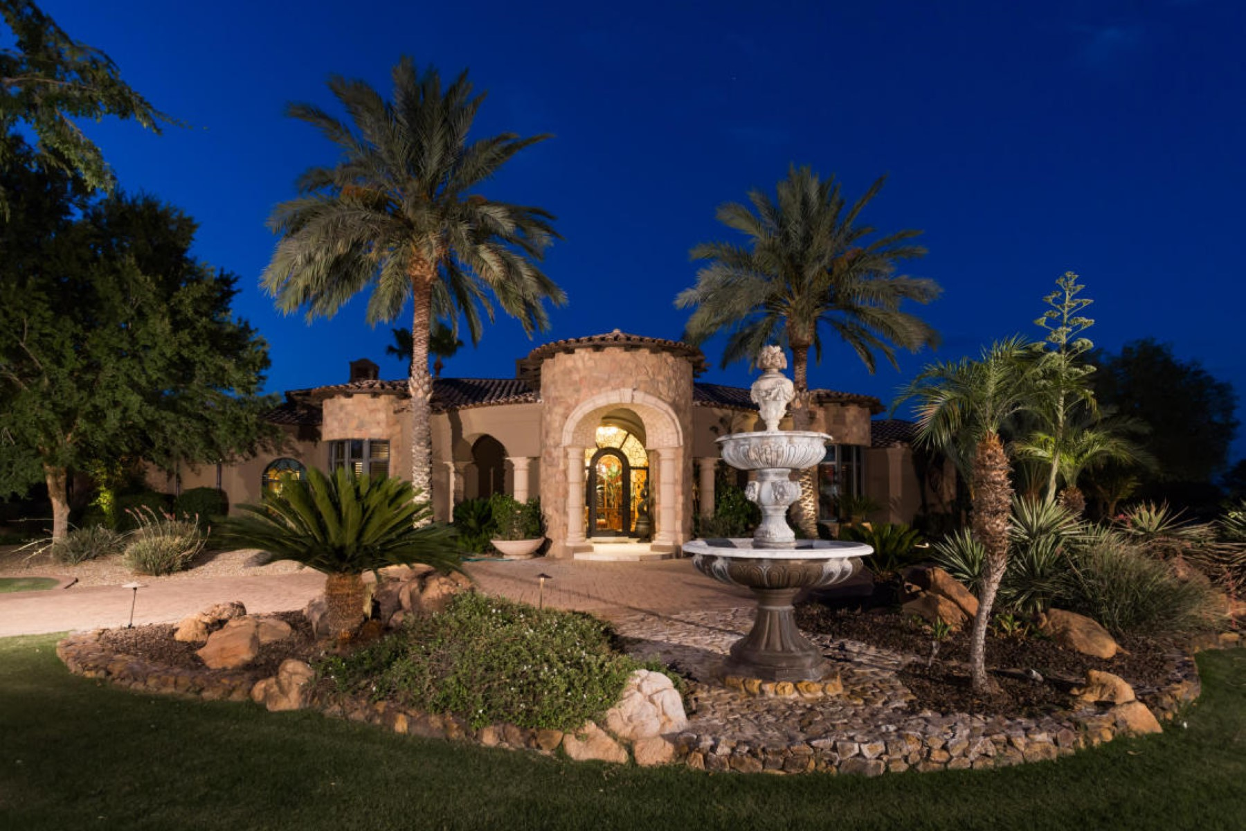 Casa para uma família para Venda às Gorgeous Estate in Exclusive Guard Gated Paradise Valley Community 6615 N 66th Place Paradise Valley, Arizona, 85253 Estados Unidos