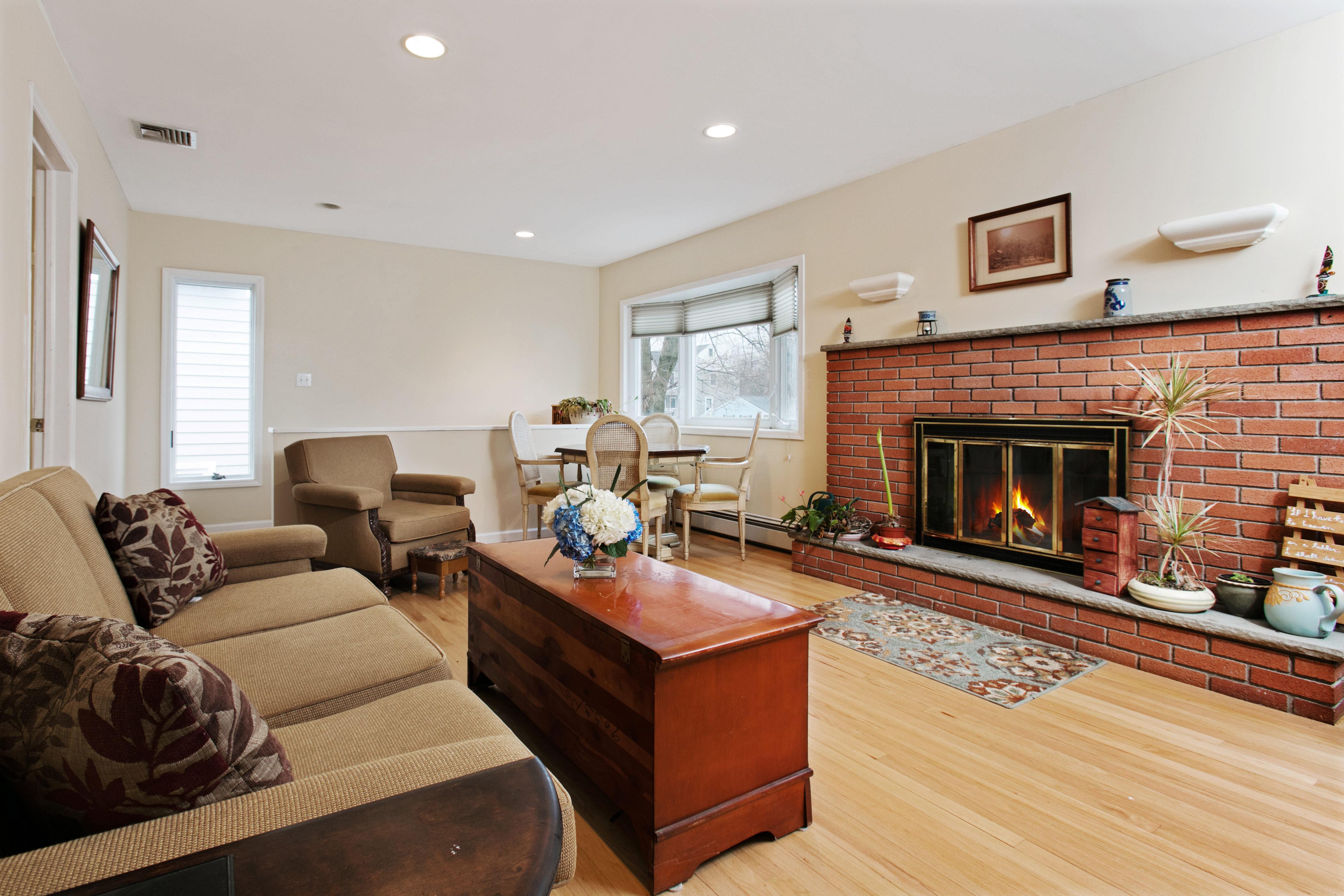 Частный односемейный дом для того Продажа на Unique Home Close to Schools! 302 Brielle Avenue Brielle, Нью-Джерси, 08730 Соединенные Штаты