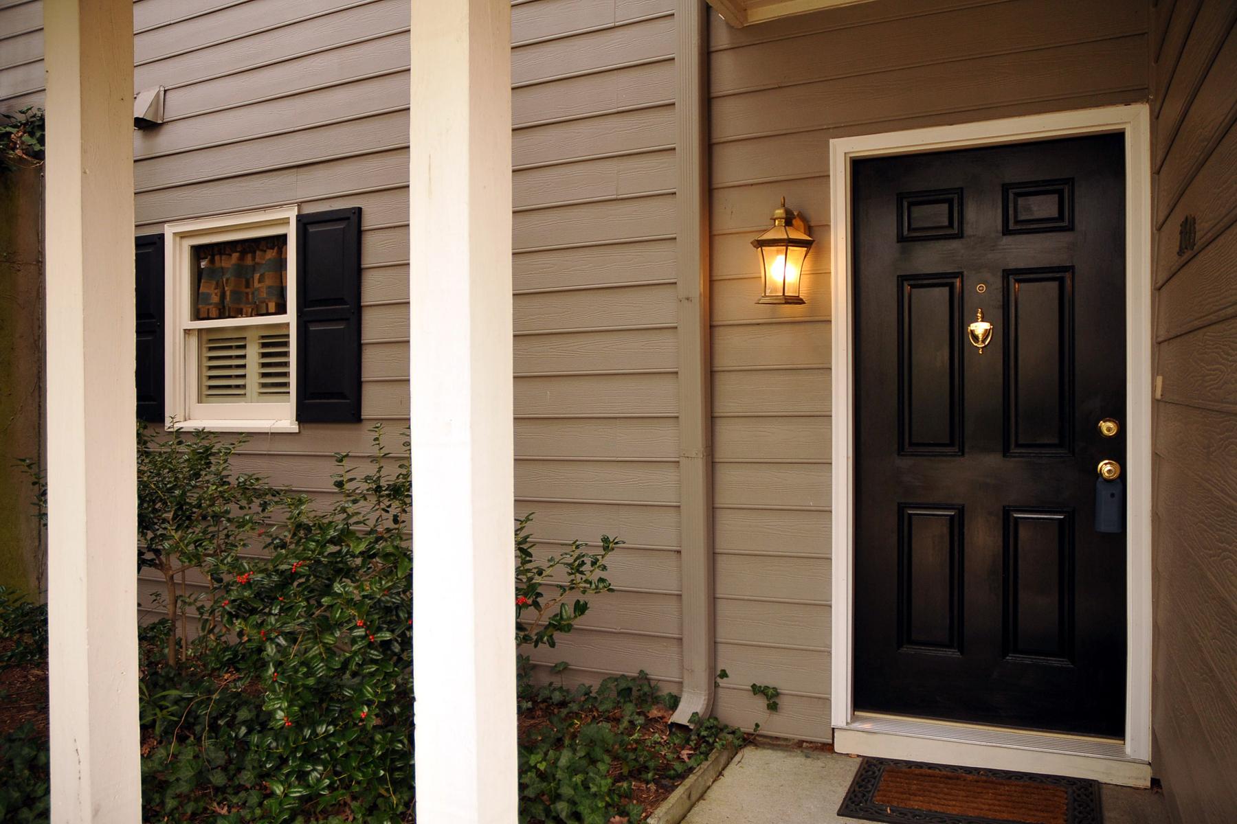 Кондоминиум для того Продажа на Very Private Ground Floor Unit 1100 Camden Court Atlanta, Джорджия, 30327 Соединенные Штаты