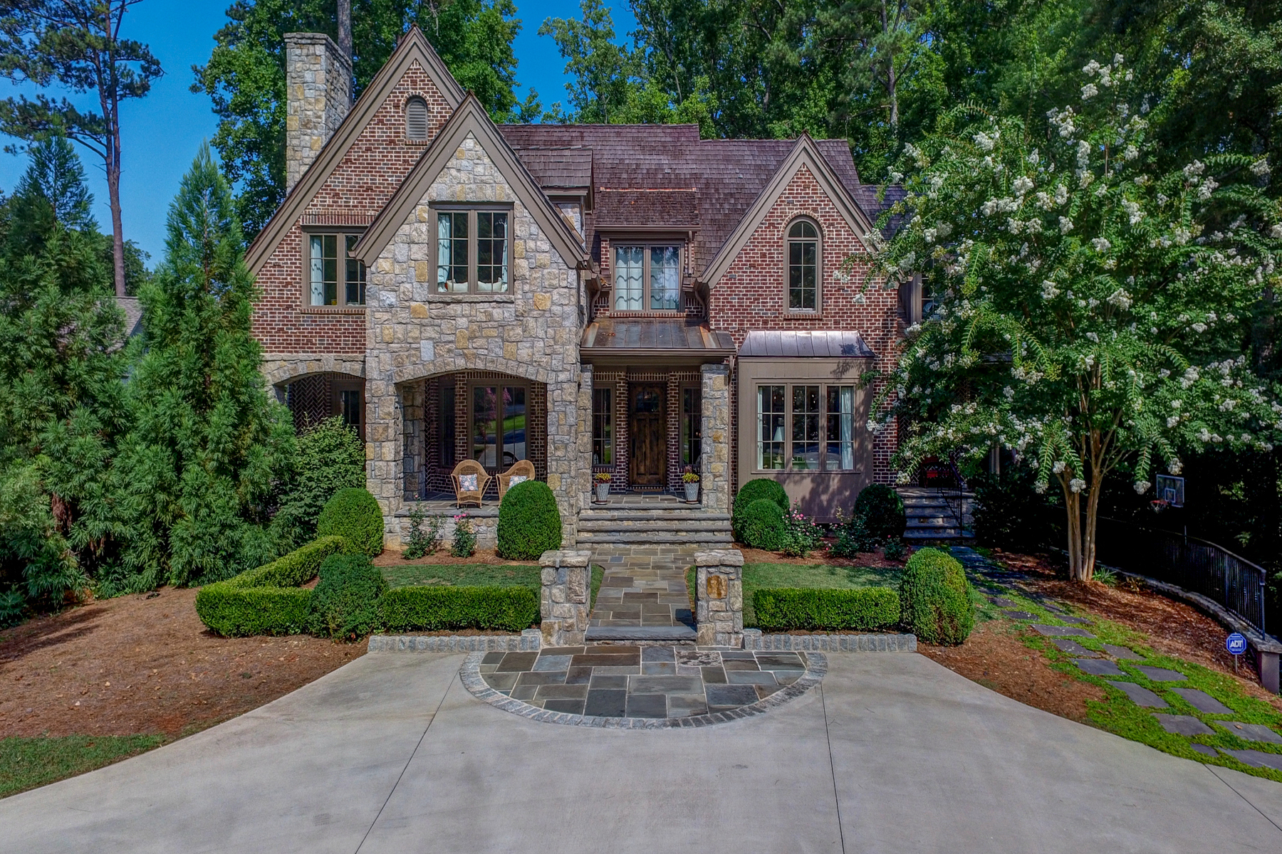 Enfamiljshus för Försäljning vid Custom English Country Style Home in Buckhead 3134 E Wood Valley Road Atlanta, Georgien 30327 Usa