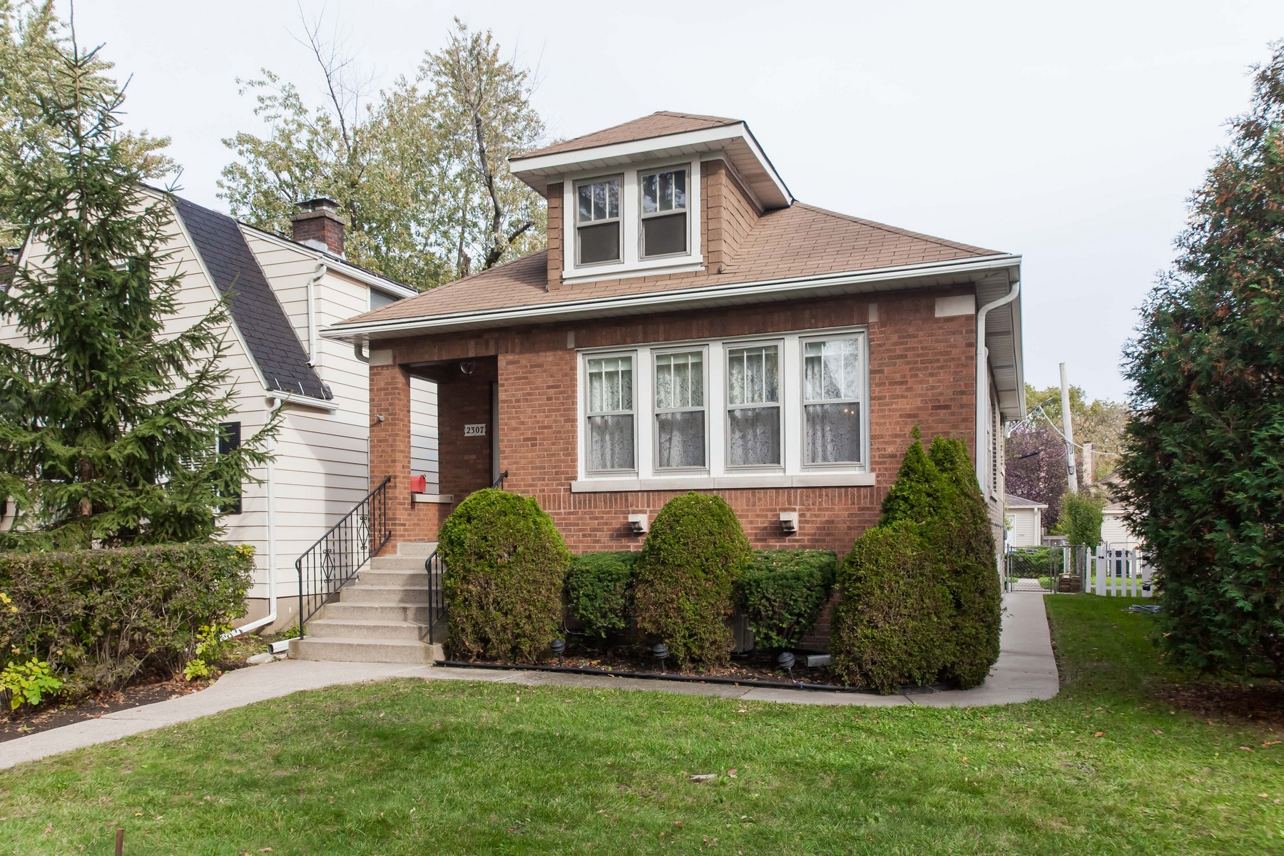 Villa per Vendita alle ore Cozy, Two Bedroom Home 2307 Cowper Avenue Evanston, Illinois, 60201 Stati Uniti