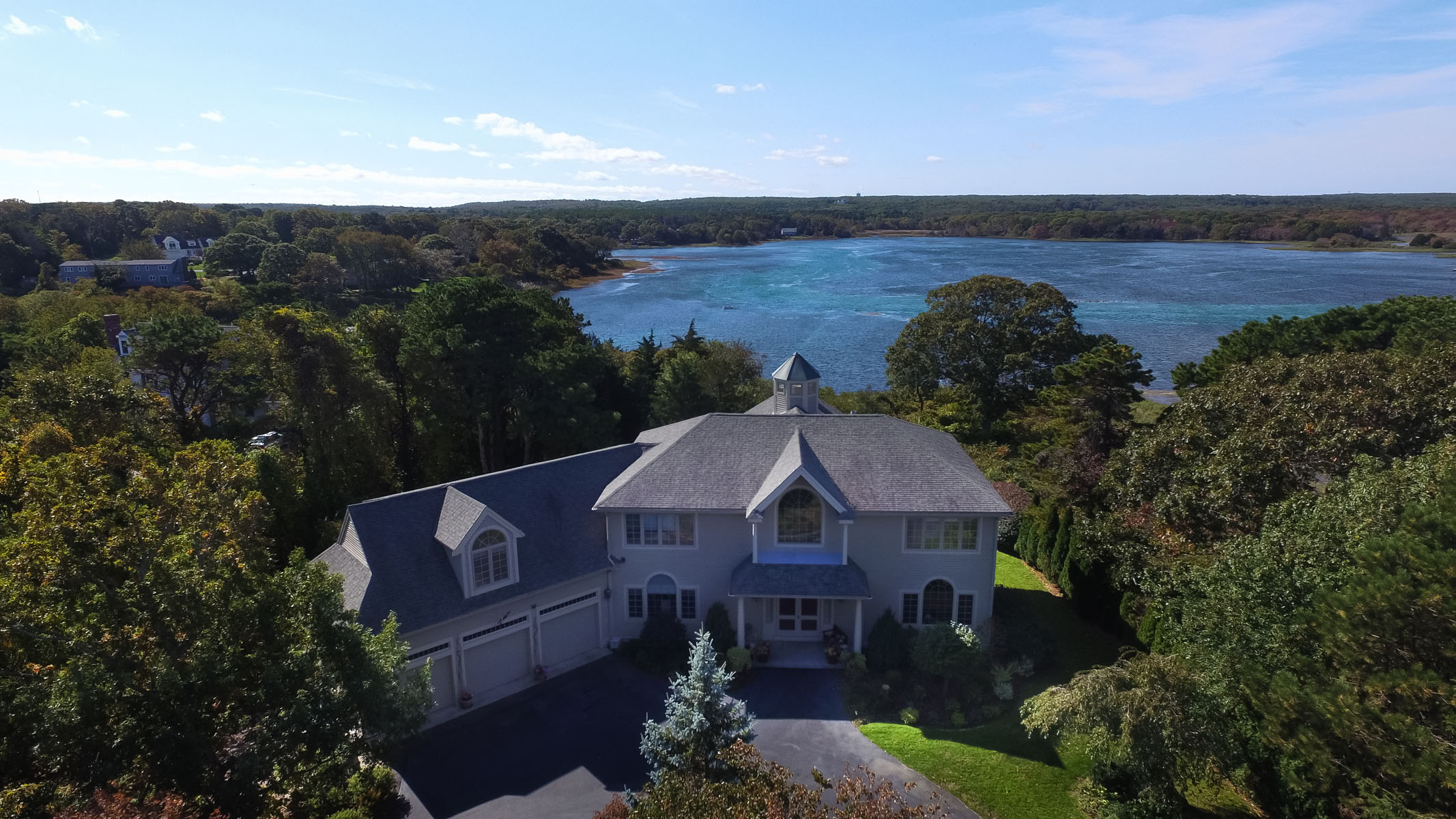Vivienda unifamiliar por un Venta en PALATIAL HOME OVERLOOKING SCORTON CREEK 34 Goose Point Lane East Sandwich, Massachusetts, 02537 Estados Unidos
